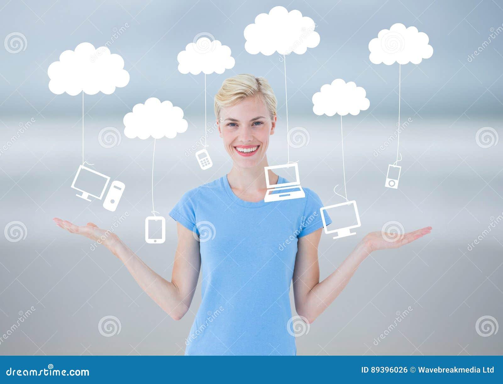 A mulher que escolhe ou que decide nubla-se a tecnologia de suspensão com mãos abertas da palma