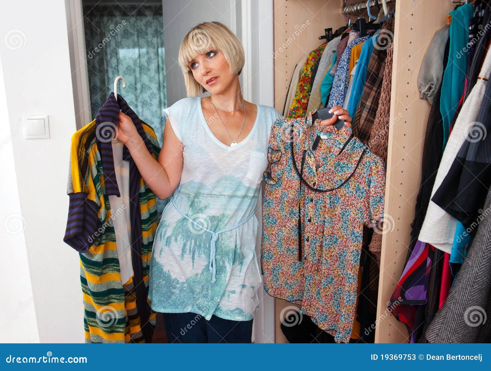 Mulher que escolhe a roupa