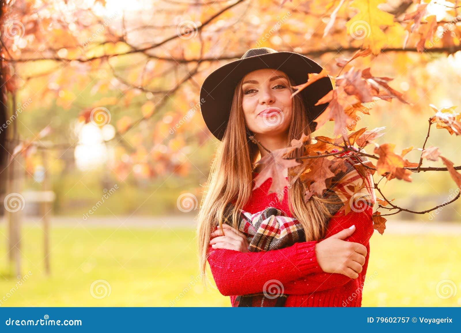 Mulher que está pela árvore