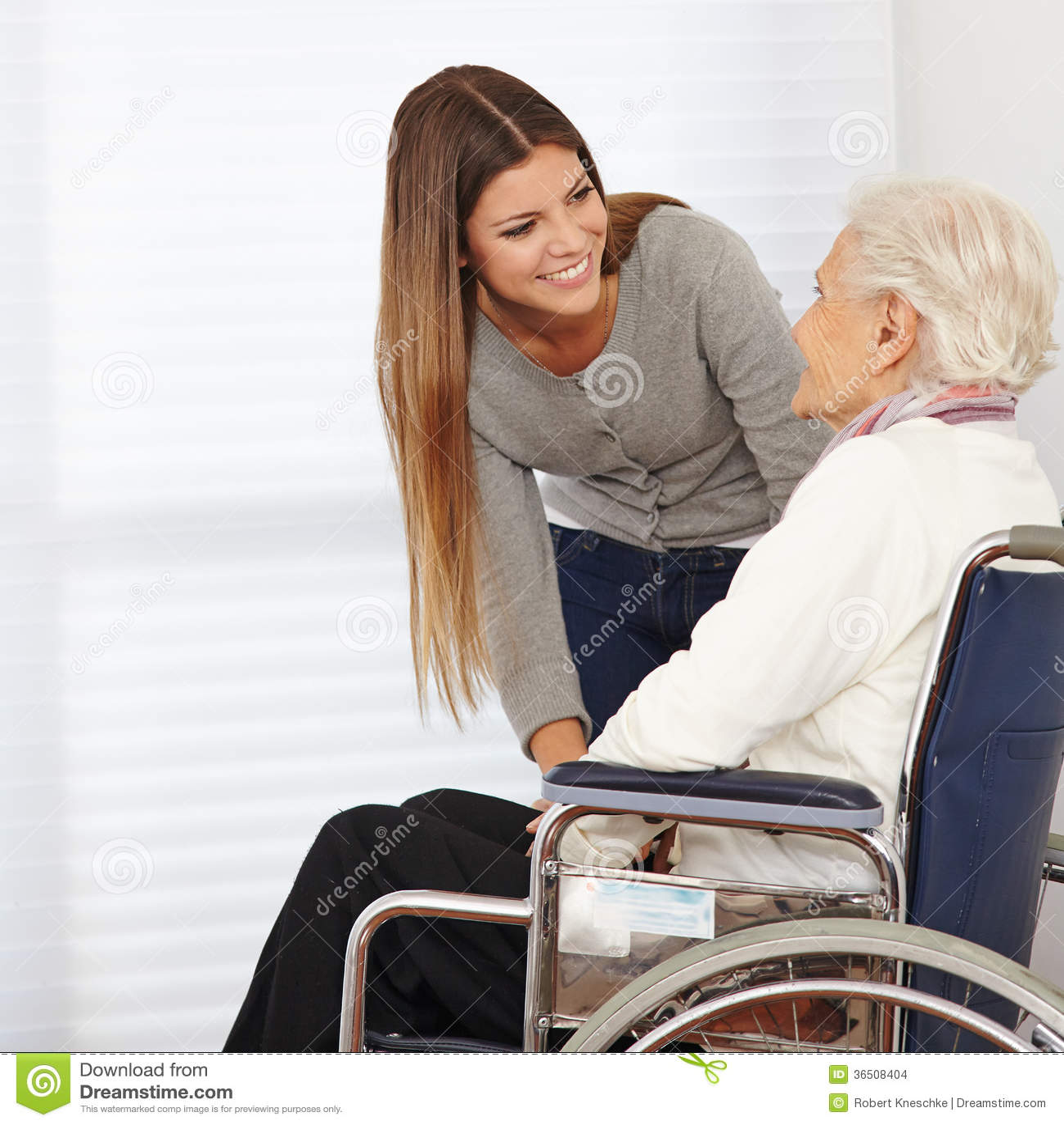 Mulher que fala ao idoso