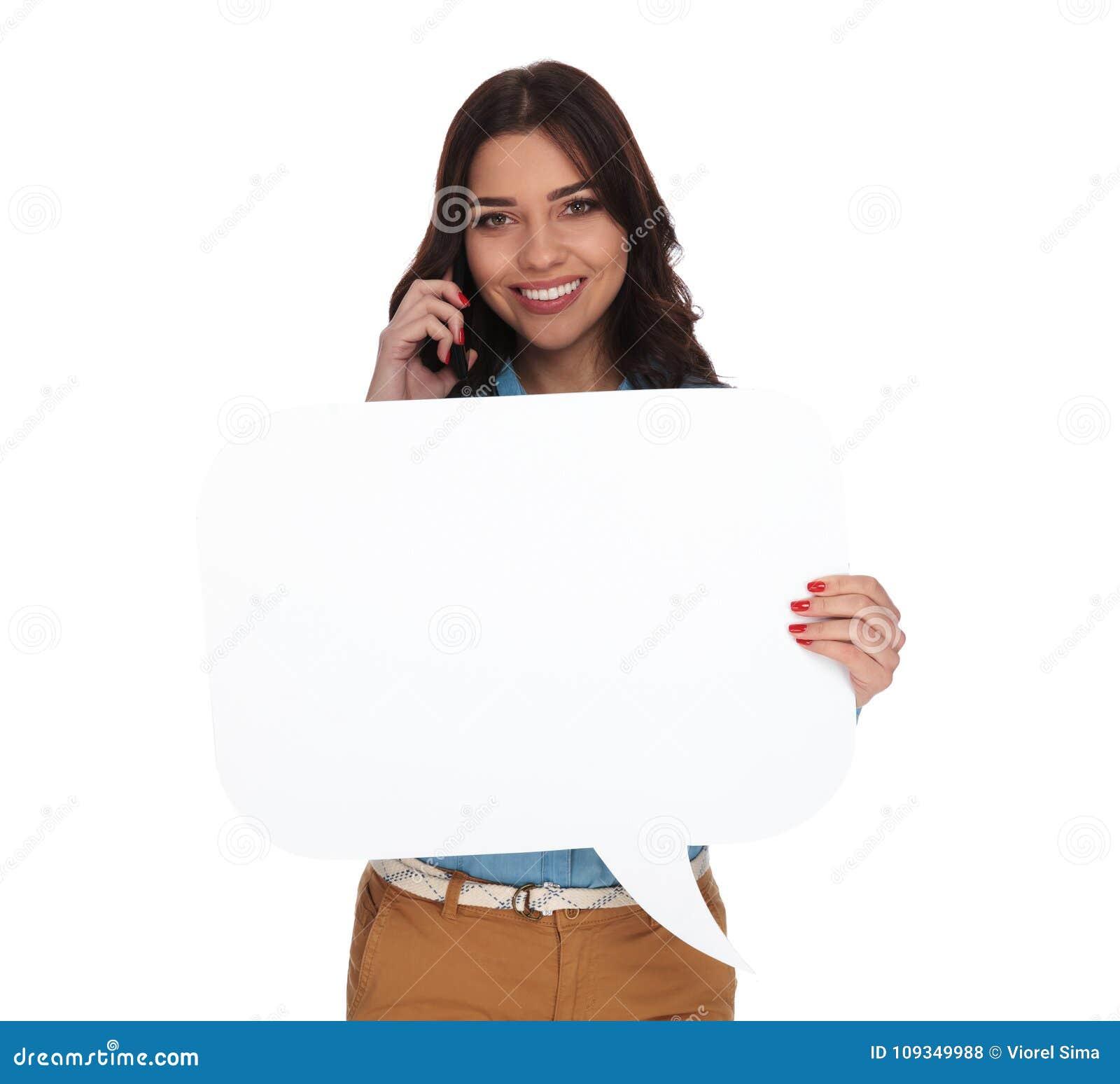 Mulher que fala no telefone e que guarda uma bolha do discurso