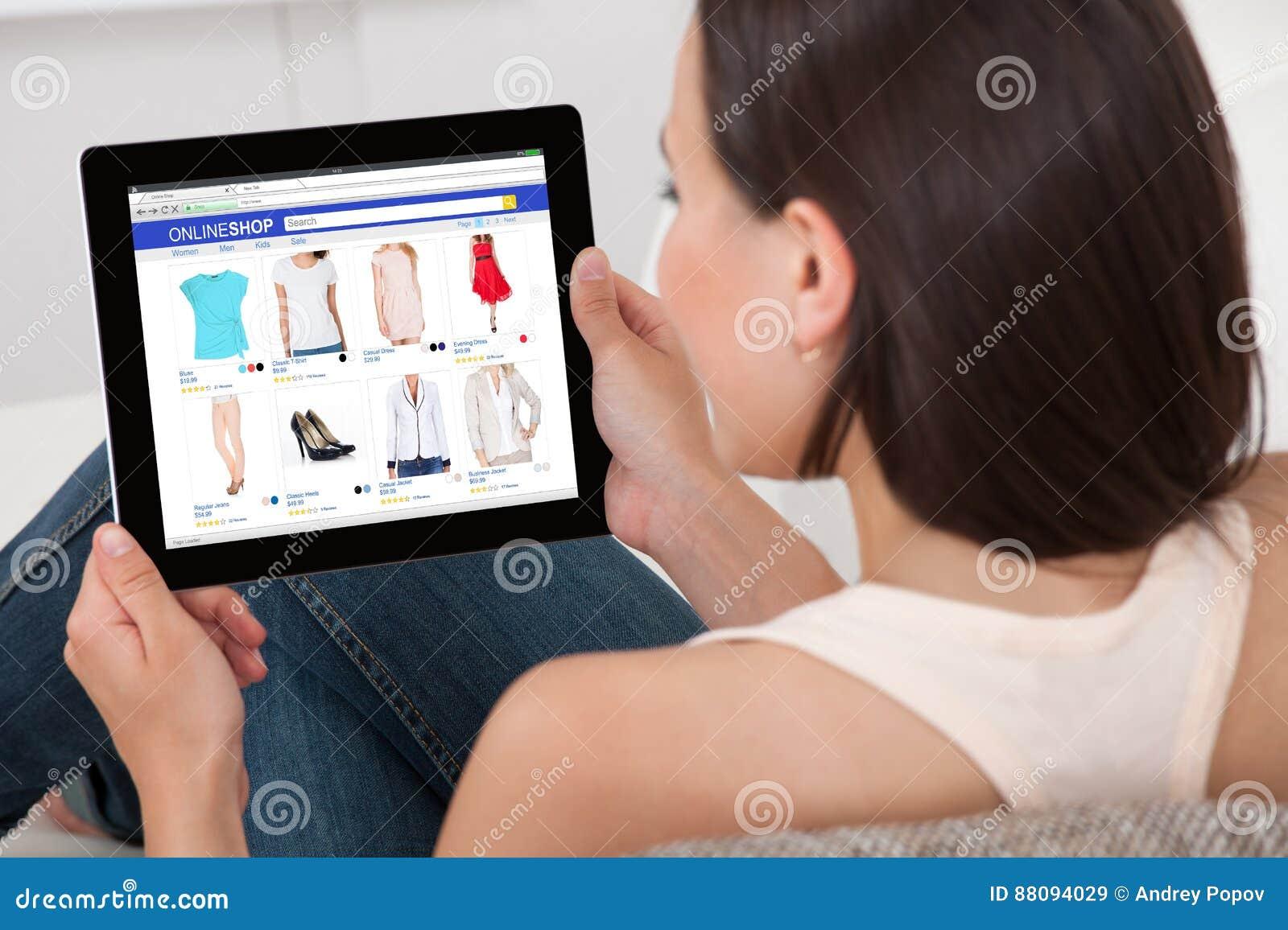 Mulher que faz a compra em linha na tabuleta de Digitas