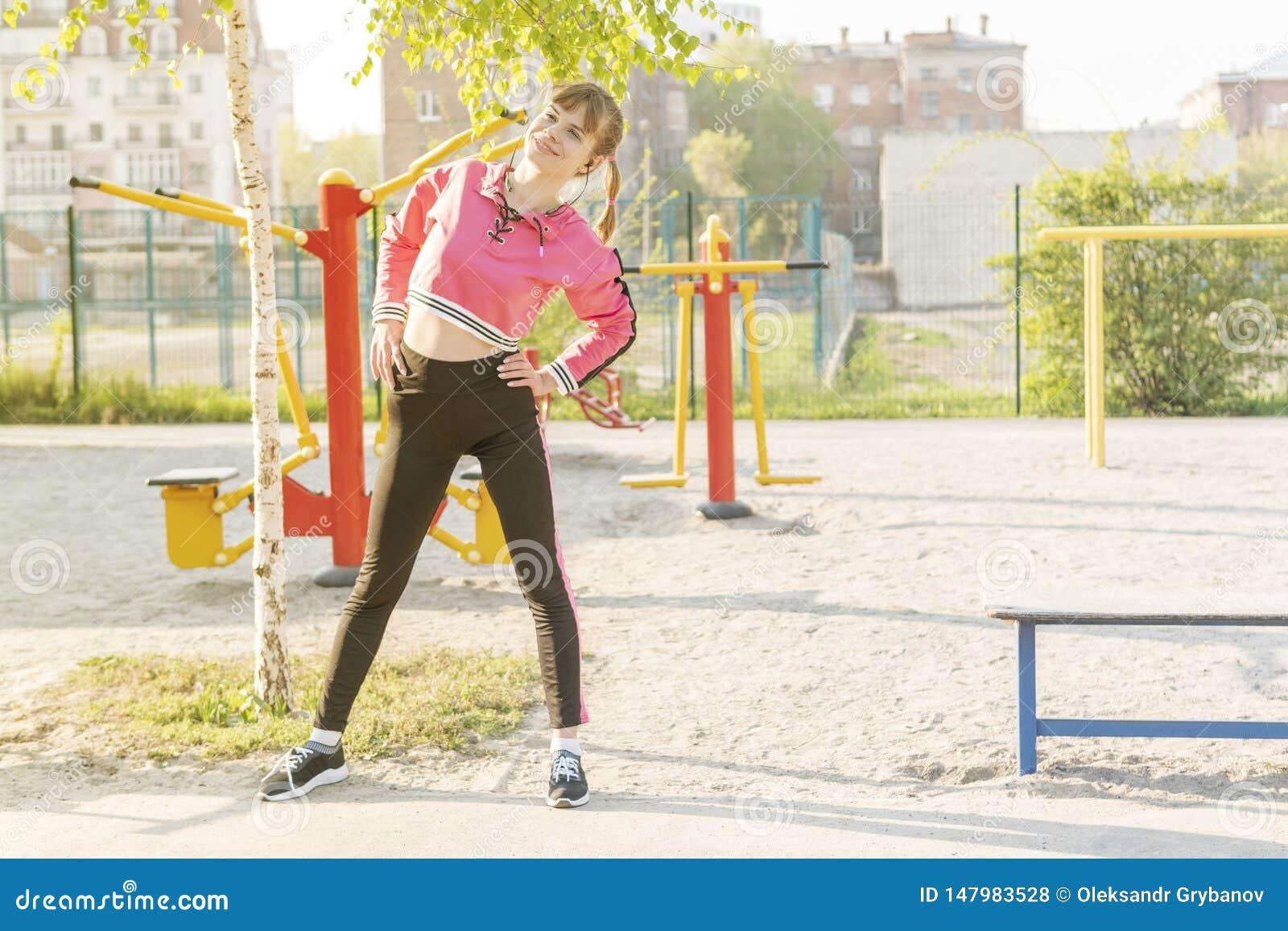 Mulher que faz curvaturas laterais durante exercícios