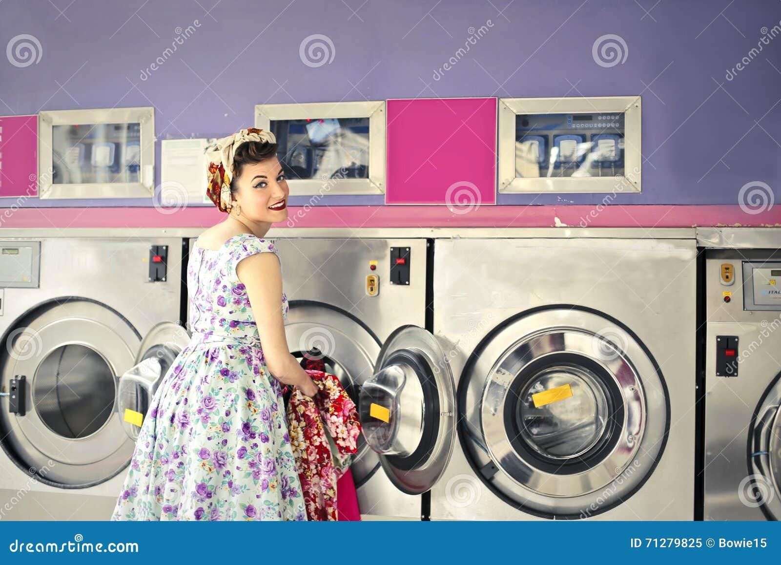 Mulher que faz a lavanderia