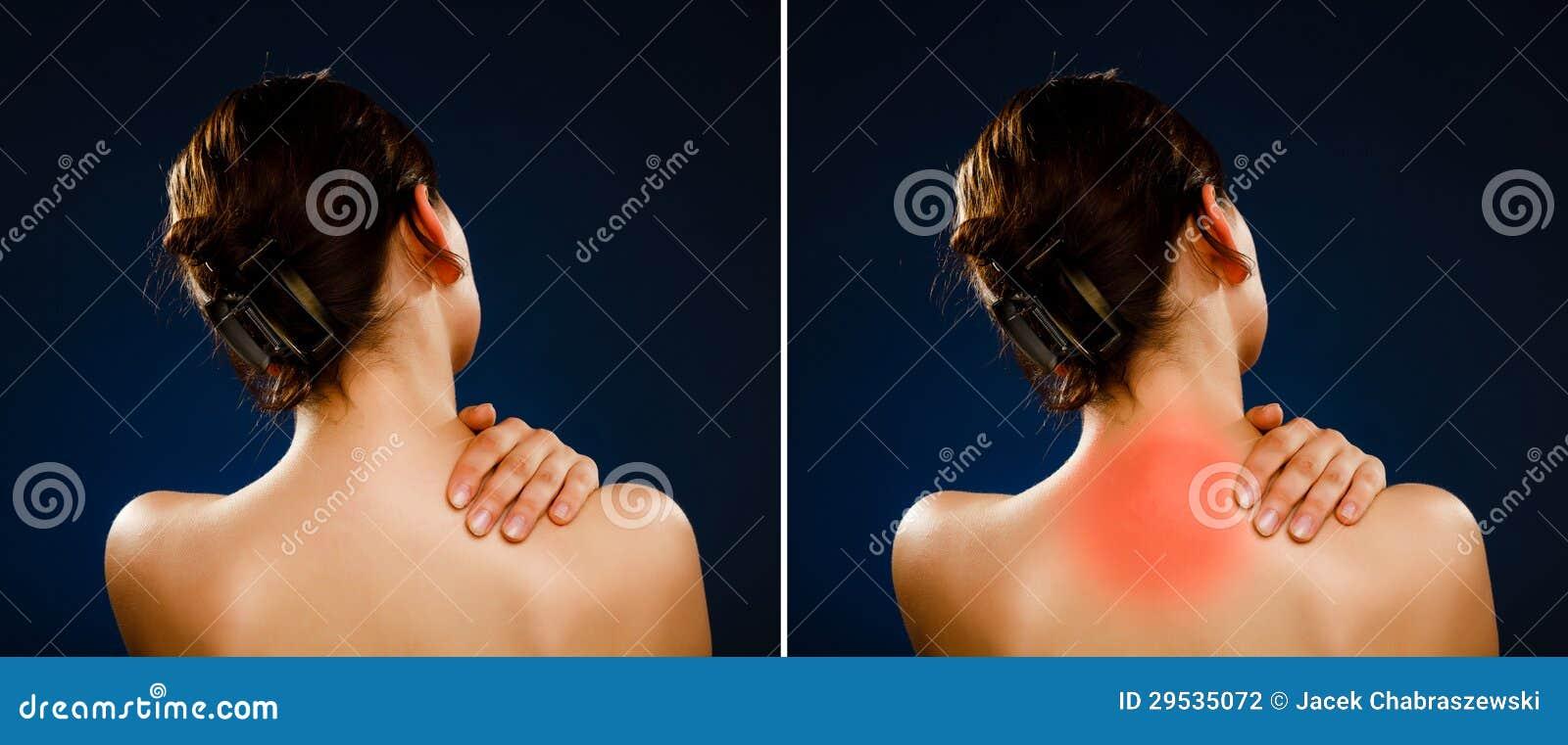 Mulher que faz massagens a parte traseira da dor