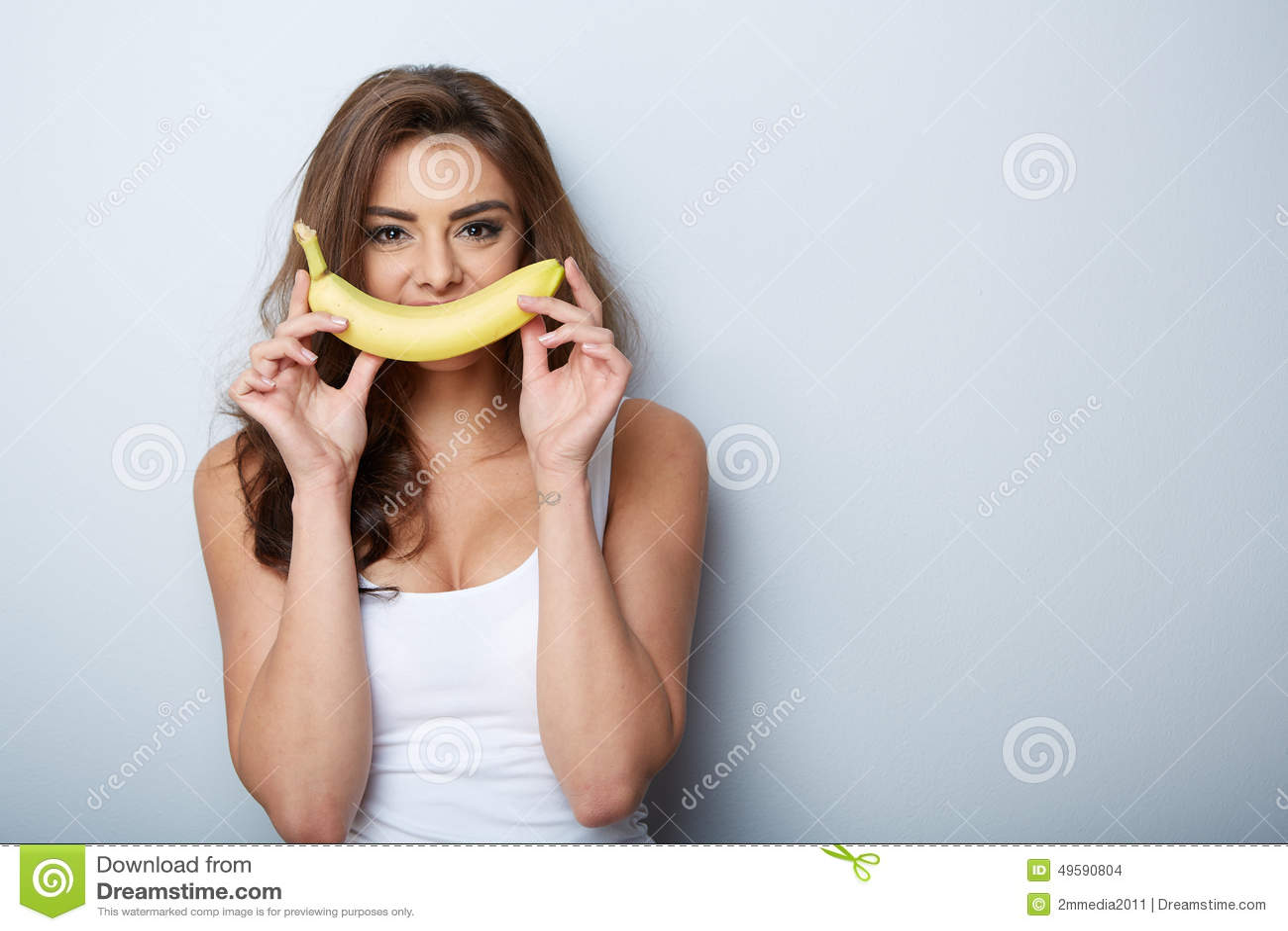 Mulher que faz o divertimento com uma banana