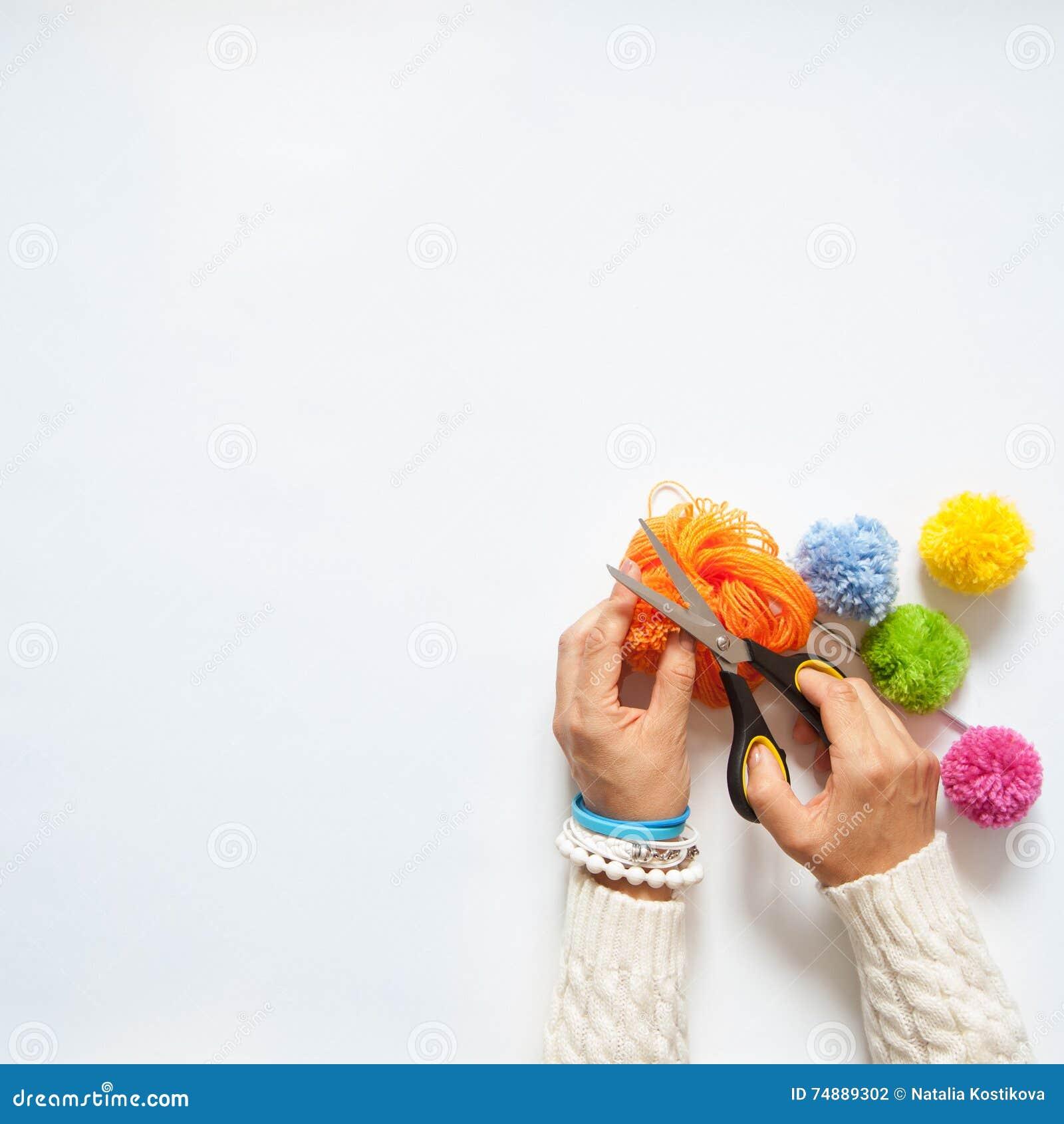 Mulher que faz pompoms coloridos Vista de acima Fundo branco