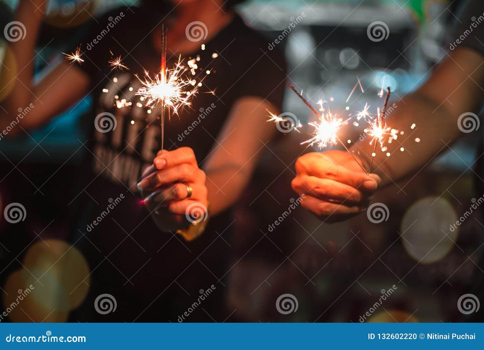 Mulher que guarda fogos de artifício