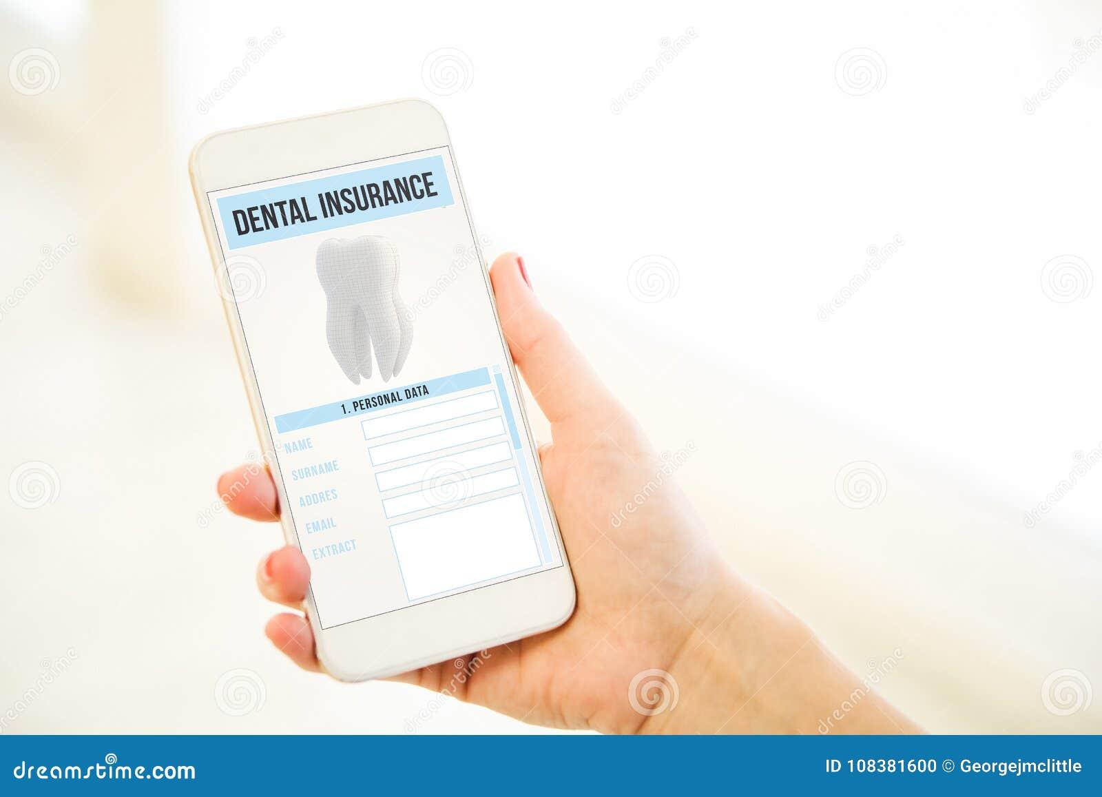 Mulher que guarda um smartphone cor-de-rosa da placa do ouro que mostra o insura dental