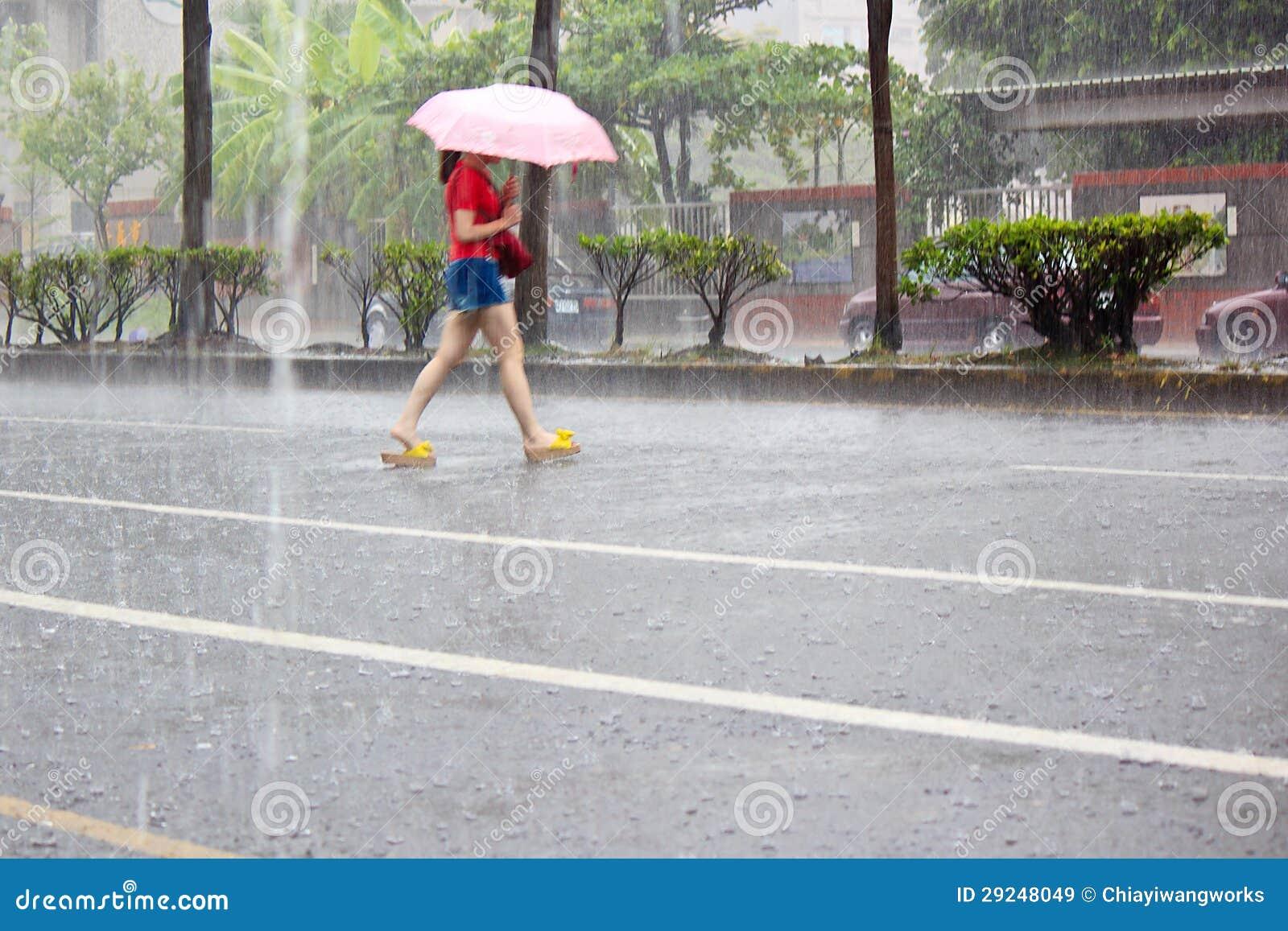 Download Mulher Que Guardara O Guarda-chuva Na Chuva Imagem de Stock - Imagem de pulverização, guarda: 29248049