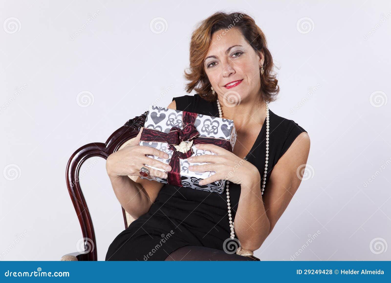 Download Mulher Que Guardara Presentes Foto de Stock - Imagem de estação, pacote: 29249428