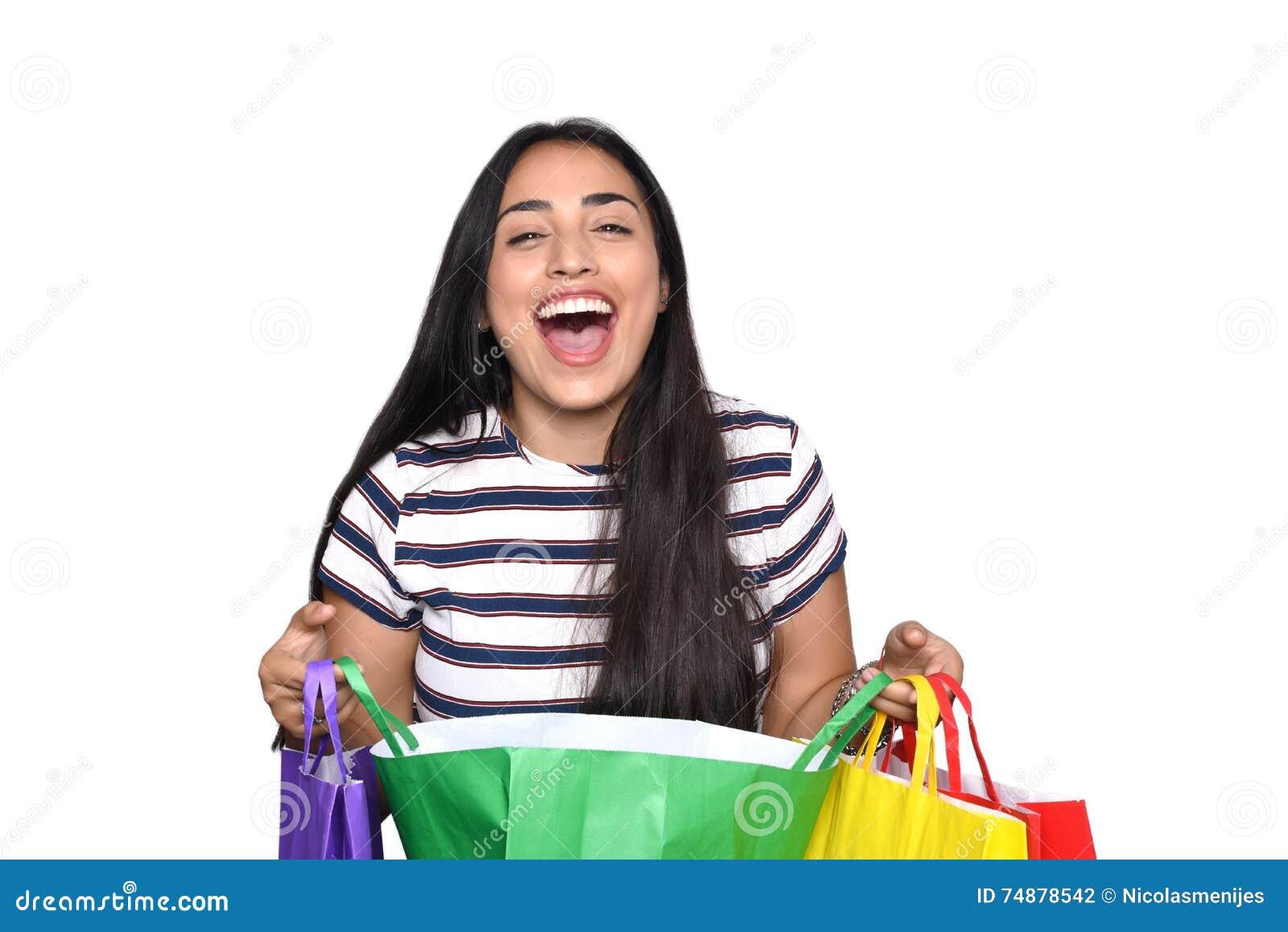Mulher que guardara sacos de compras