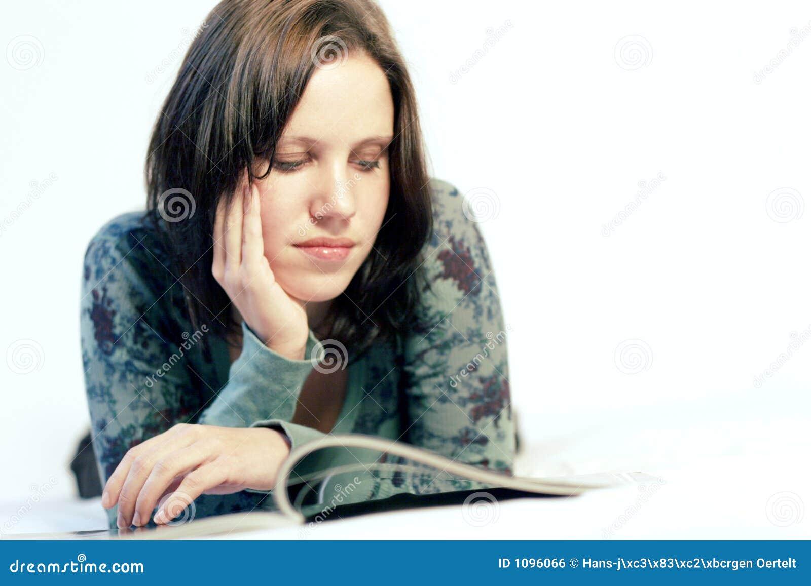 Mulher que lê um compartimento