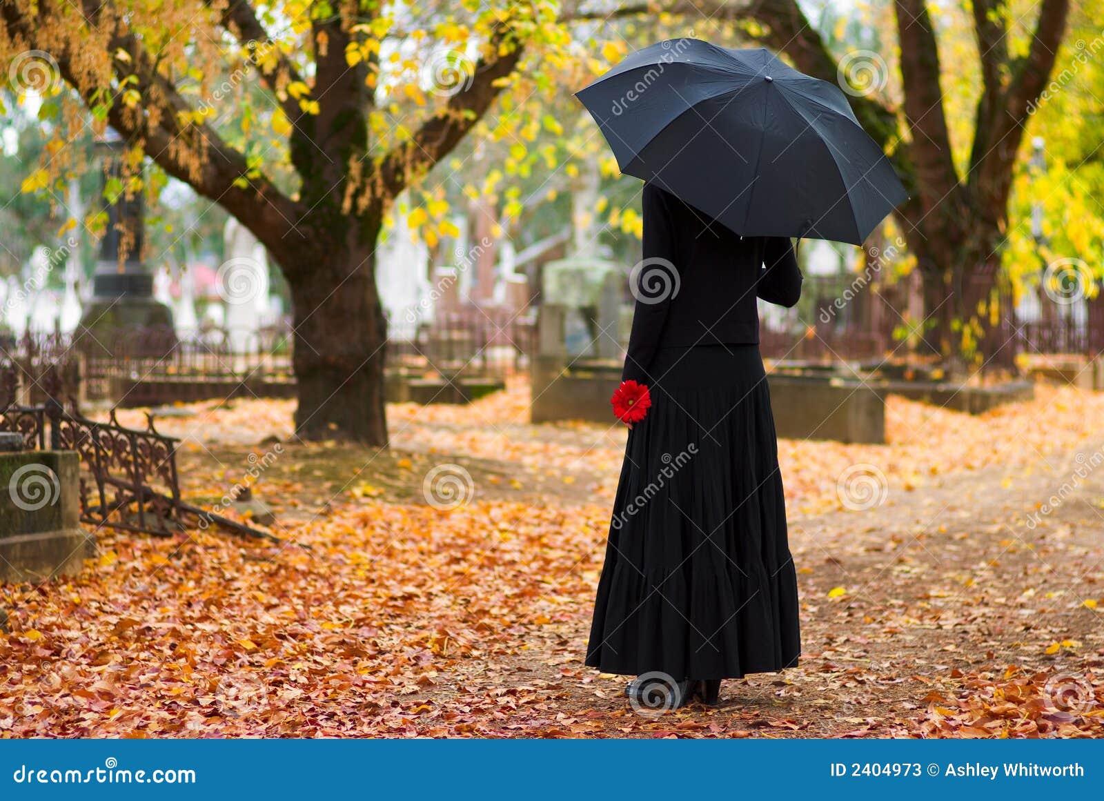 Mulher que lamenta no cemitério