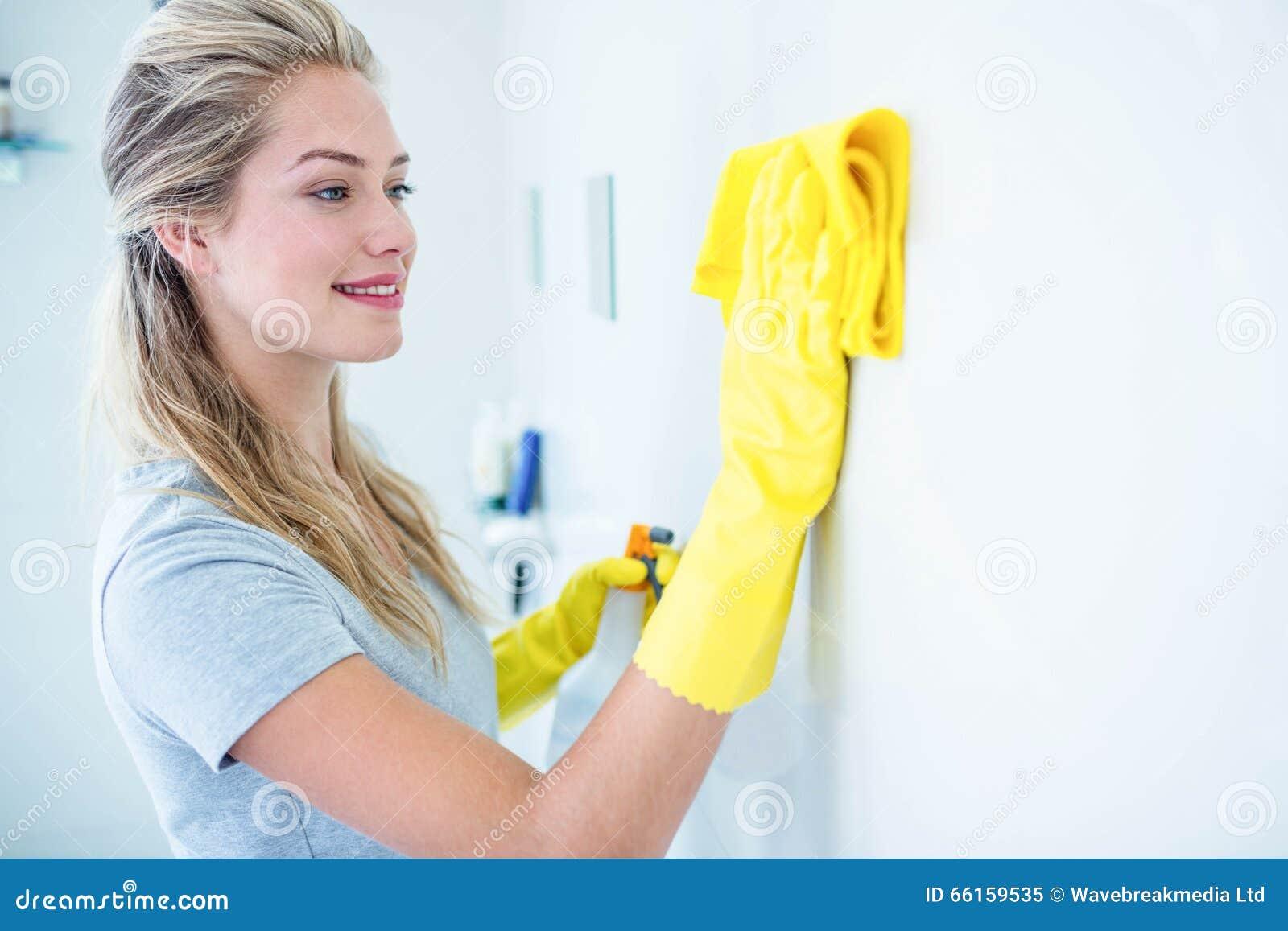 Mulher que limpa o banheiro