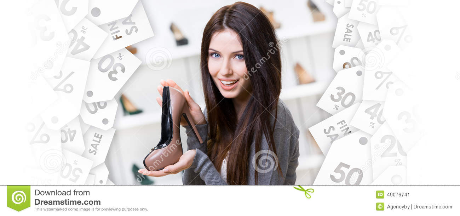Mulher que mantem a sapata café-colorida Venda preta de sexta-feira