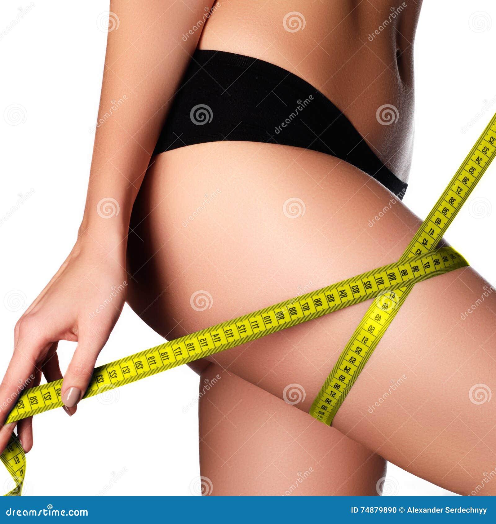 Mulher que mede a forma perfeita dos quadris bonitos Lifestyl saudável