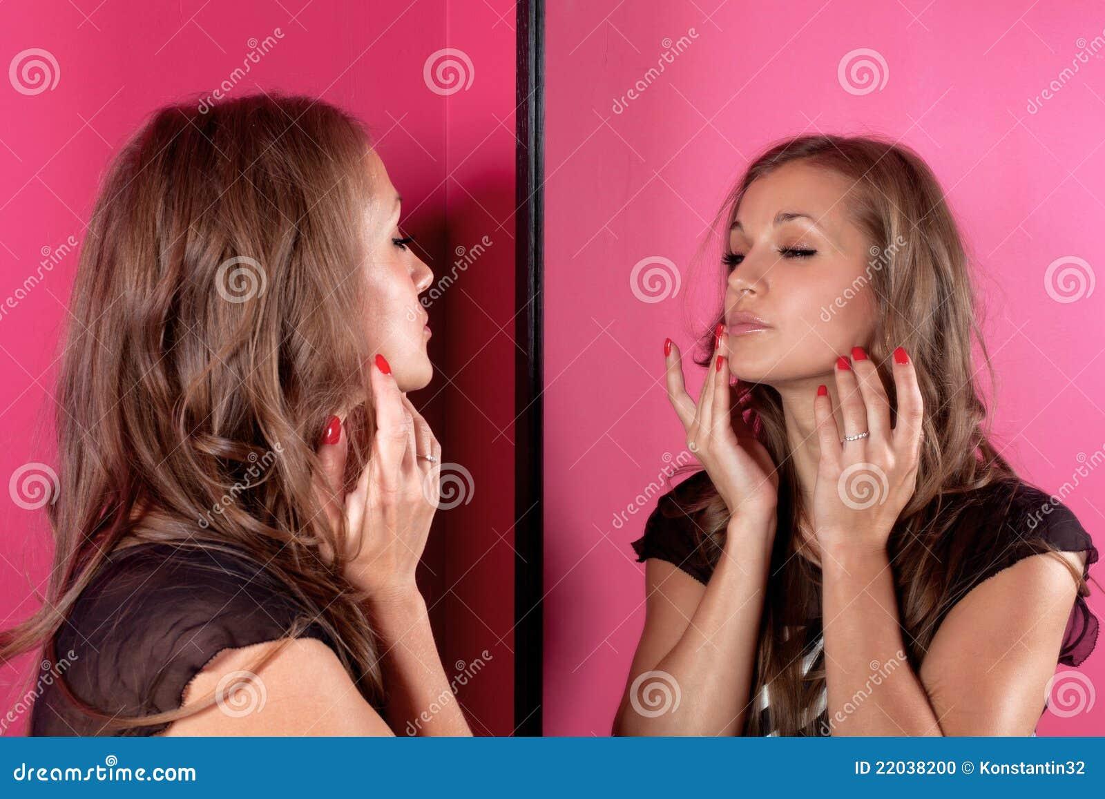 Foto De Stock Mulher Que Olha A Pele No Espelho