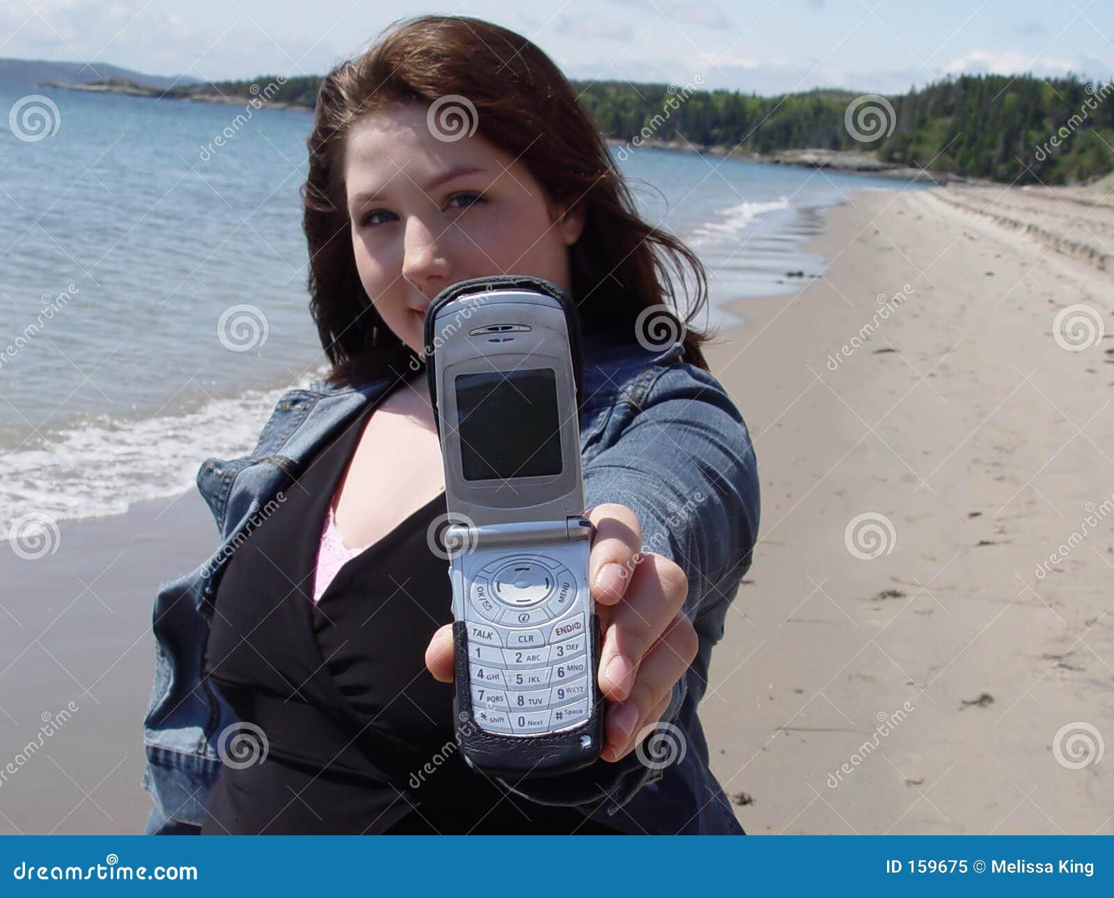 Mulher que prende para fora celular