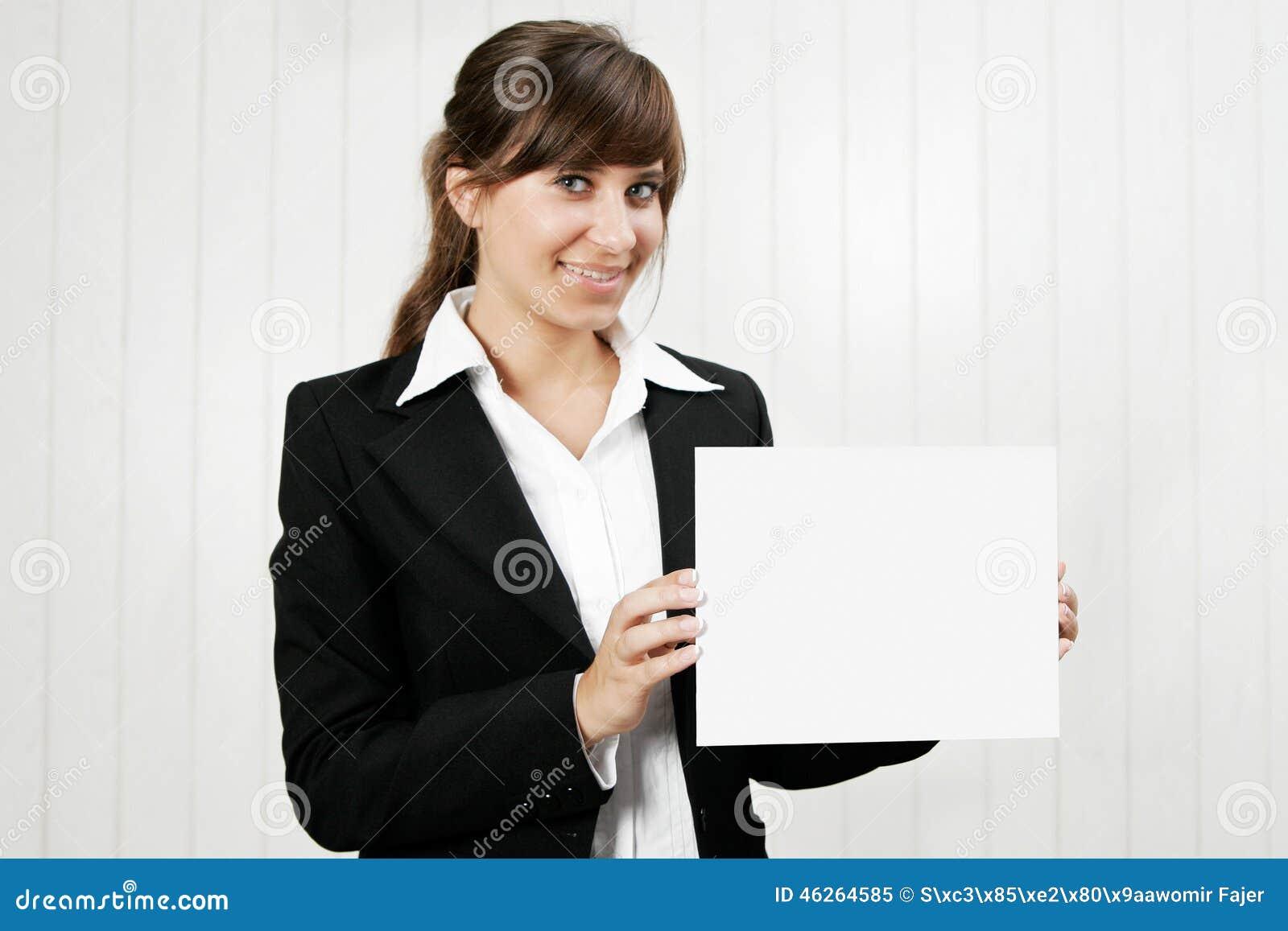Mulher que prende um cartão vazio