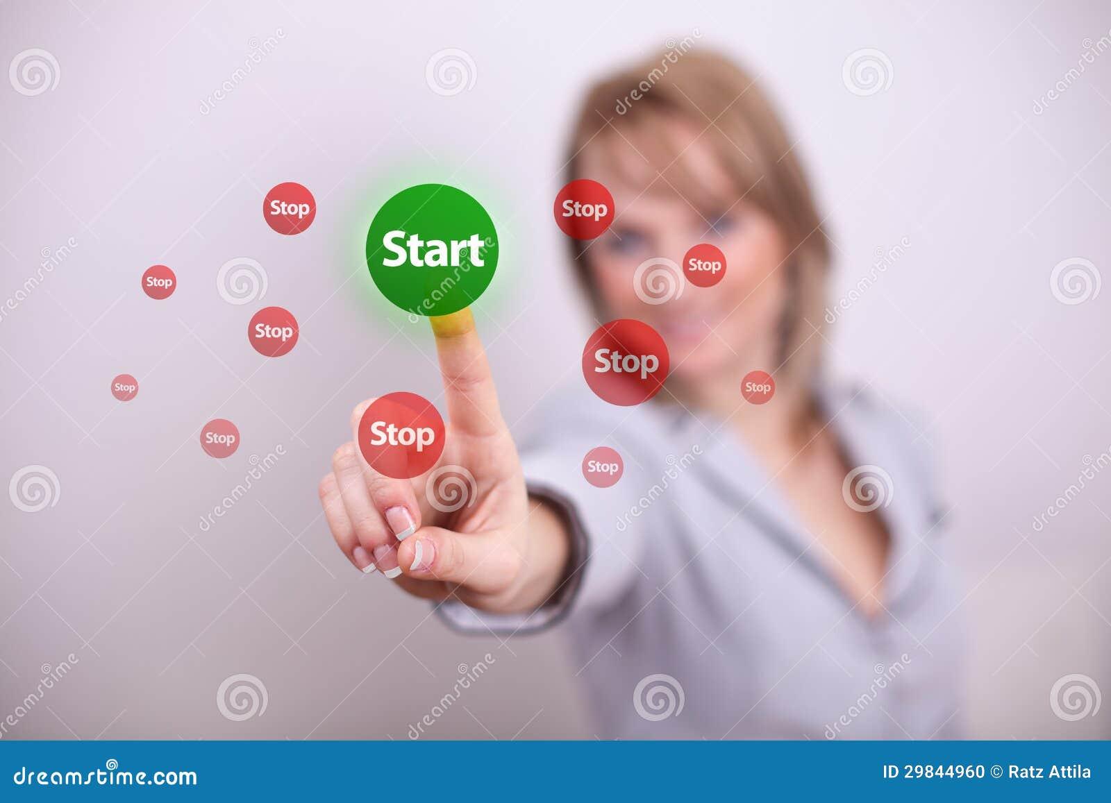 Mulher que pressiona o botão do começo e de parada