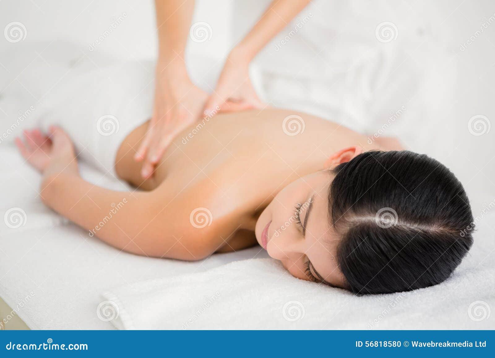 Mulher que recebe uma massagem traseira