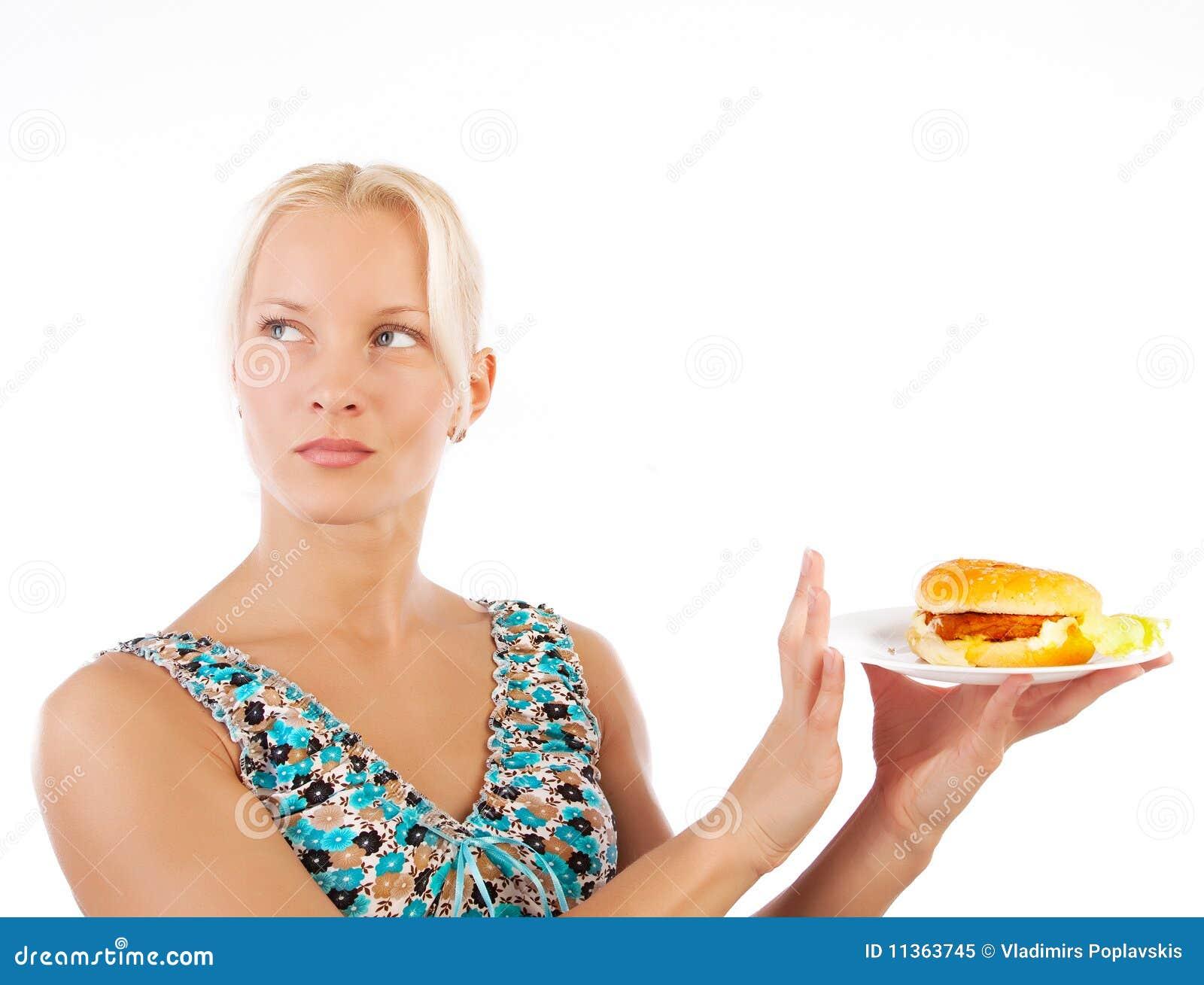 Mulher que recusa comer o alimento insalubre