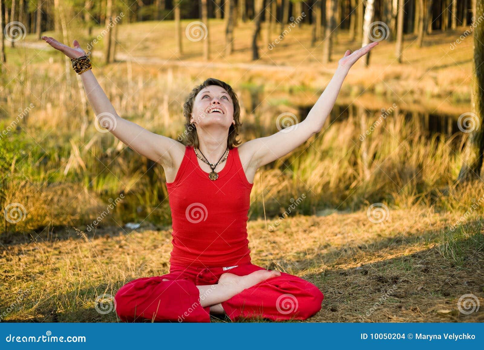 Mulher que relaxa na floresta