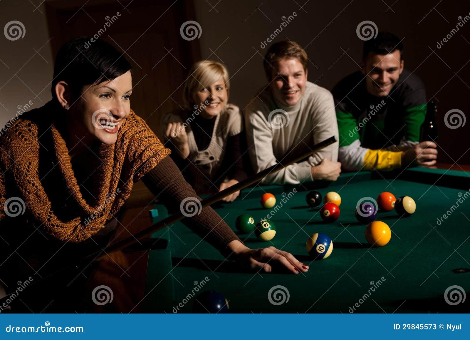 Mulher que ri da tabela de snooker