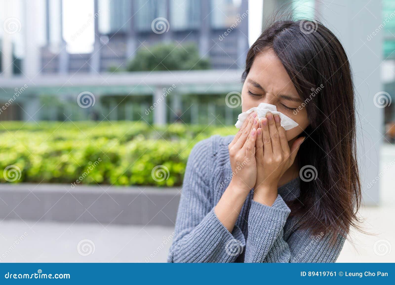 Mulher que sente doente em exterior