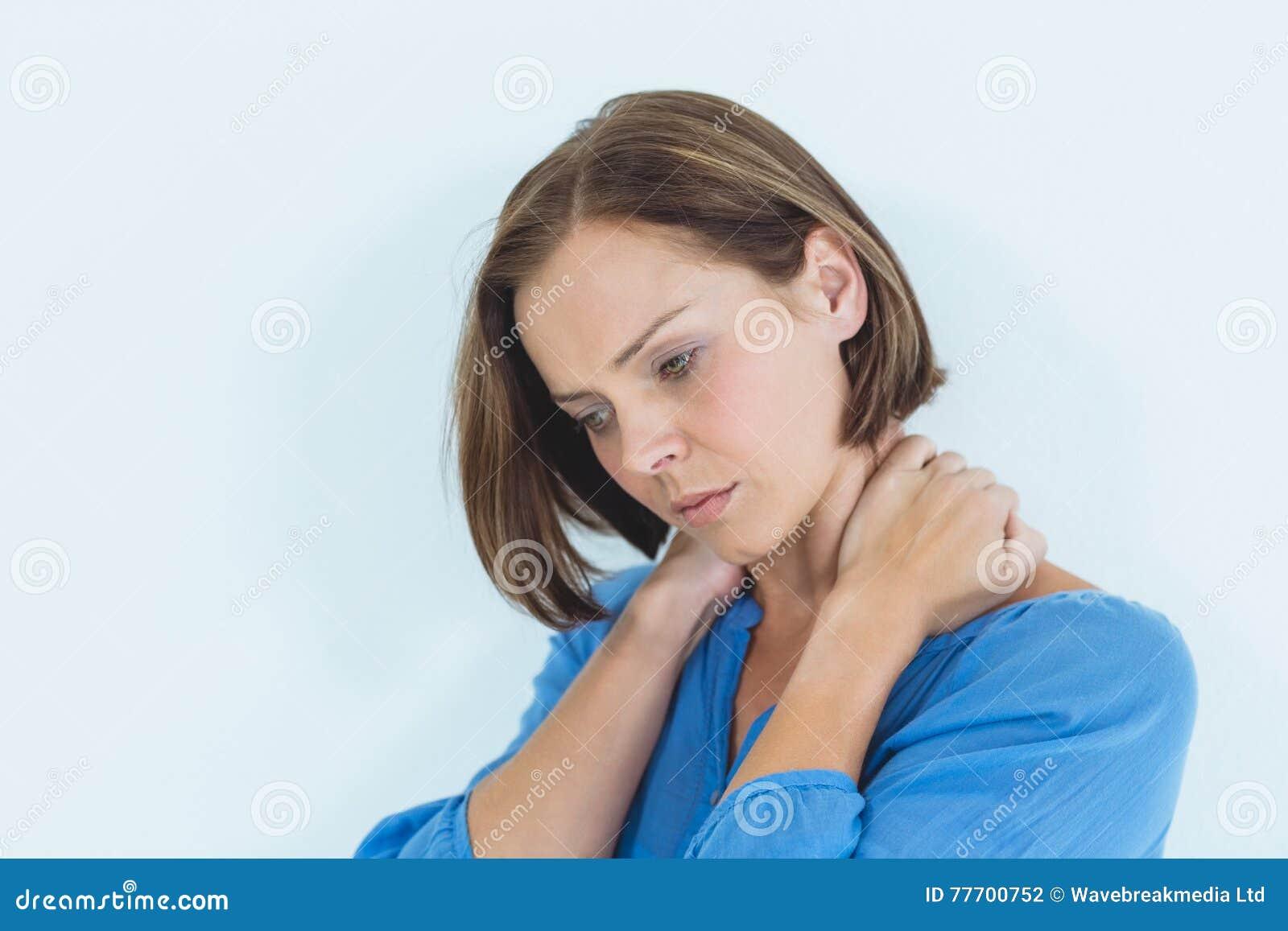 Mulher que sofre da dor de pescoço