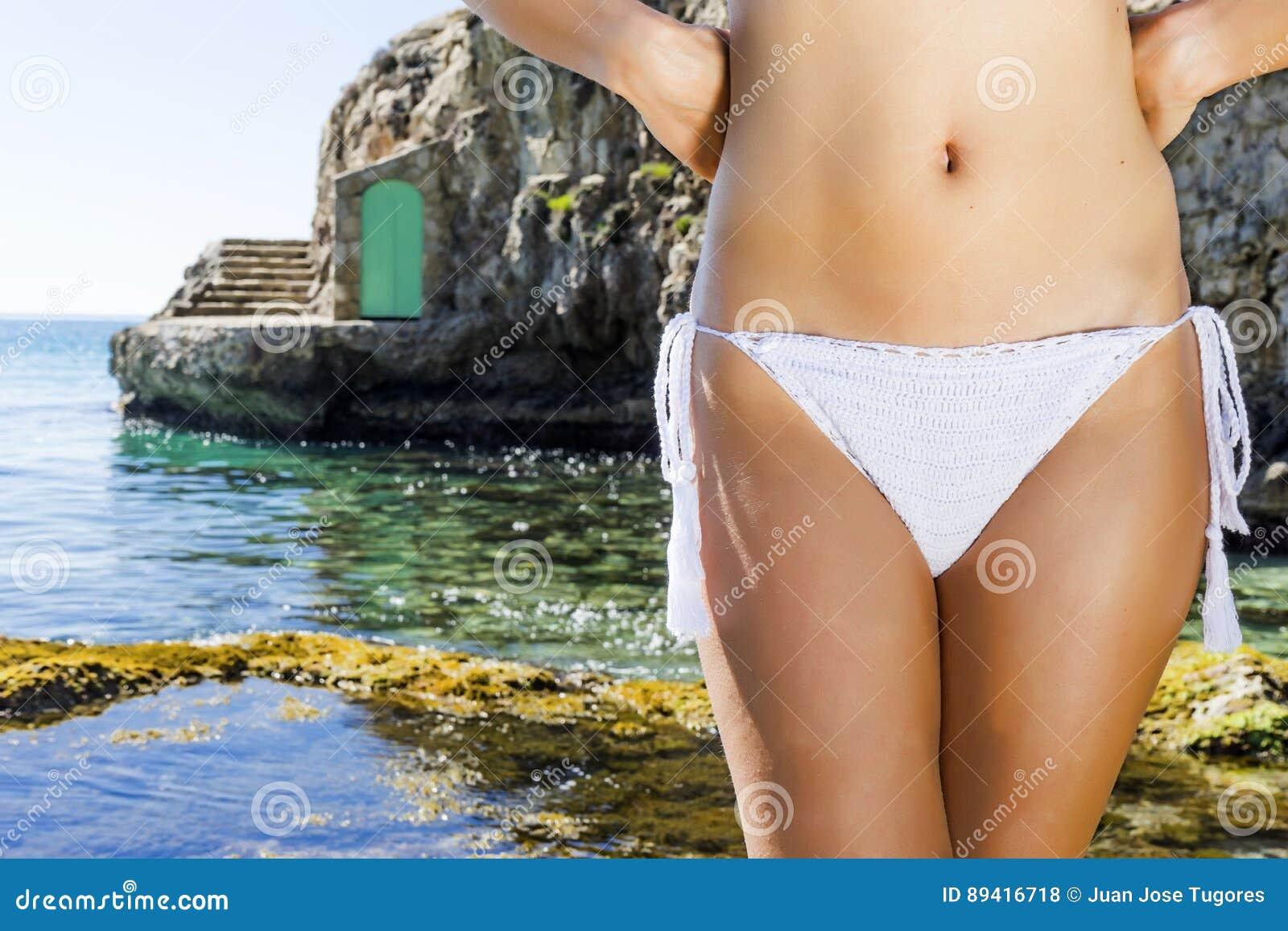 Mulher que sunbathing na praia