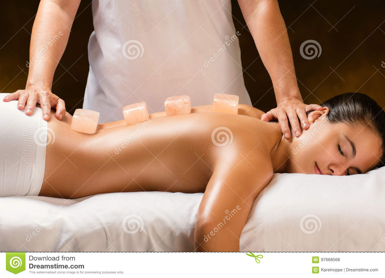 Mulher que tem a massagem de pedra Himalaia quente nos termas