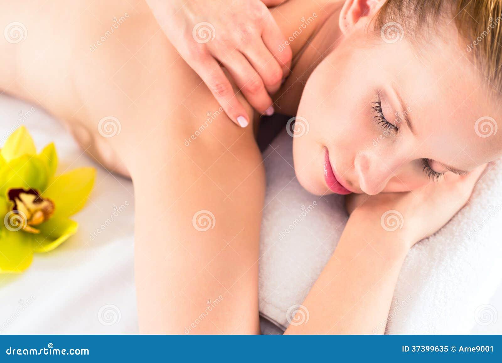 Mulher que tem a massagem do bem-estar nos termas
