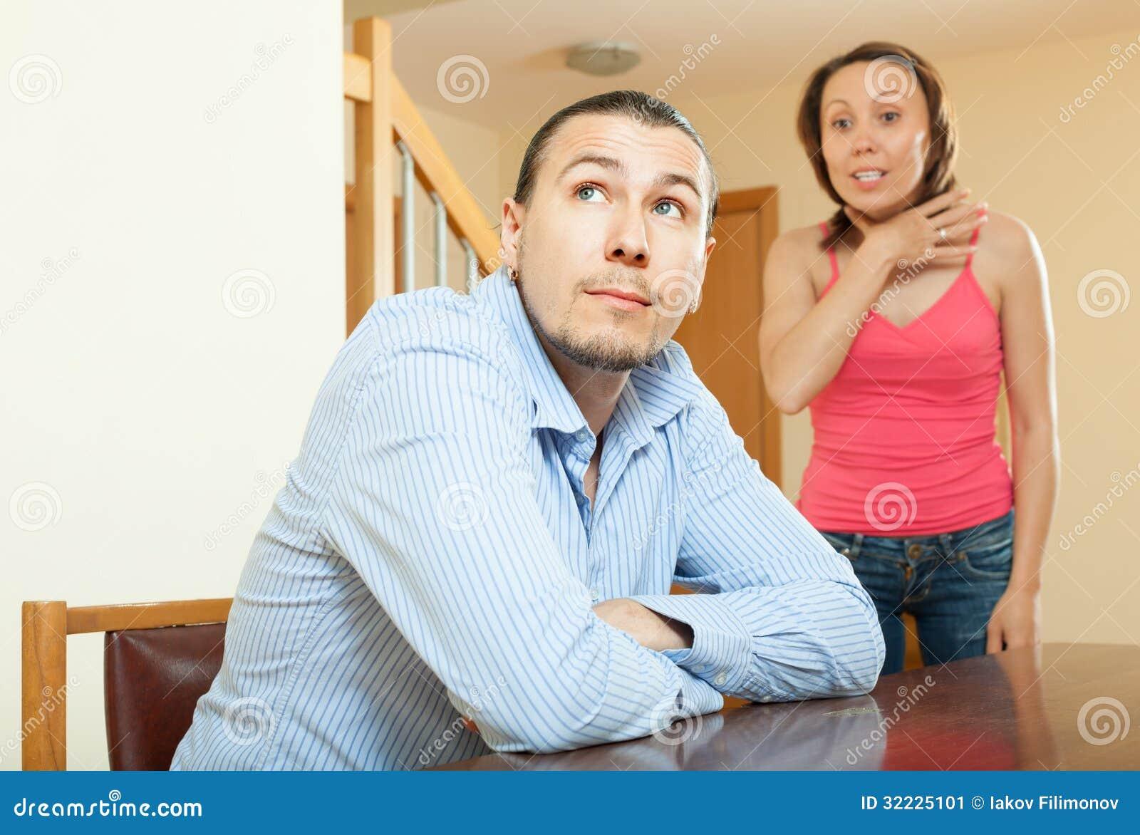 Download Mulher Que Tem Problemas Com Seu Marido Imagem de Stock - Imagem de comprimido, marido: 32225101