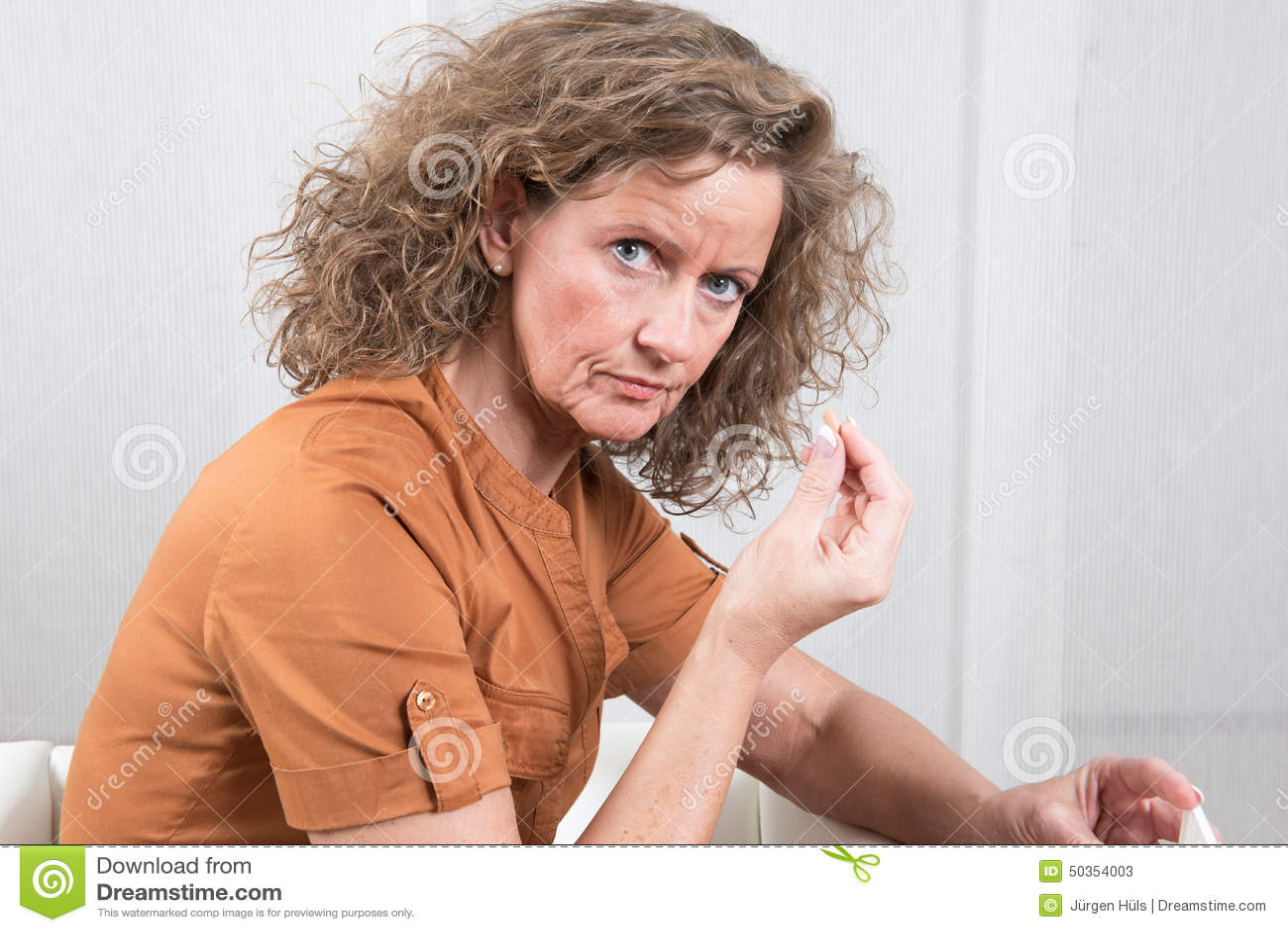Mulher que toma comprimidos