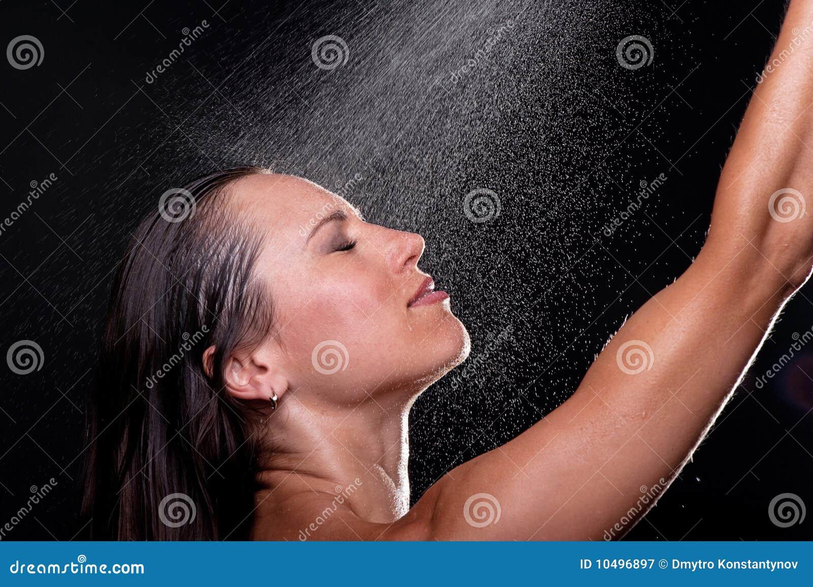 Mulher que toma o chuveiro