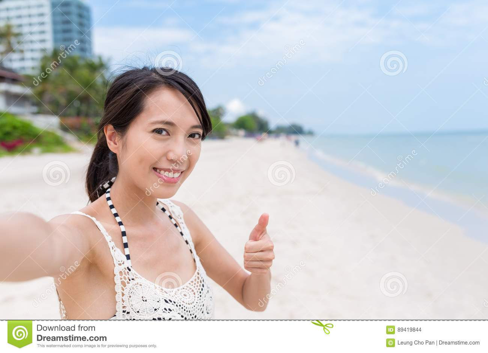Mulher que toma o selfie guardando a câmera