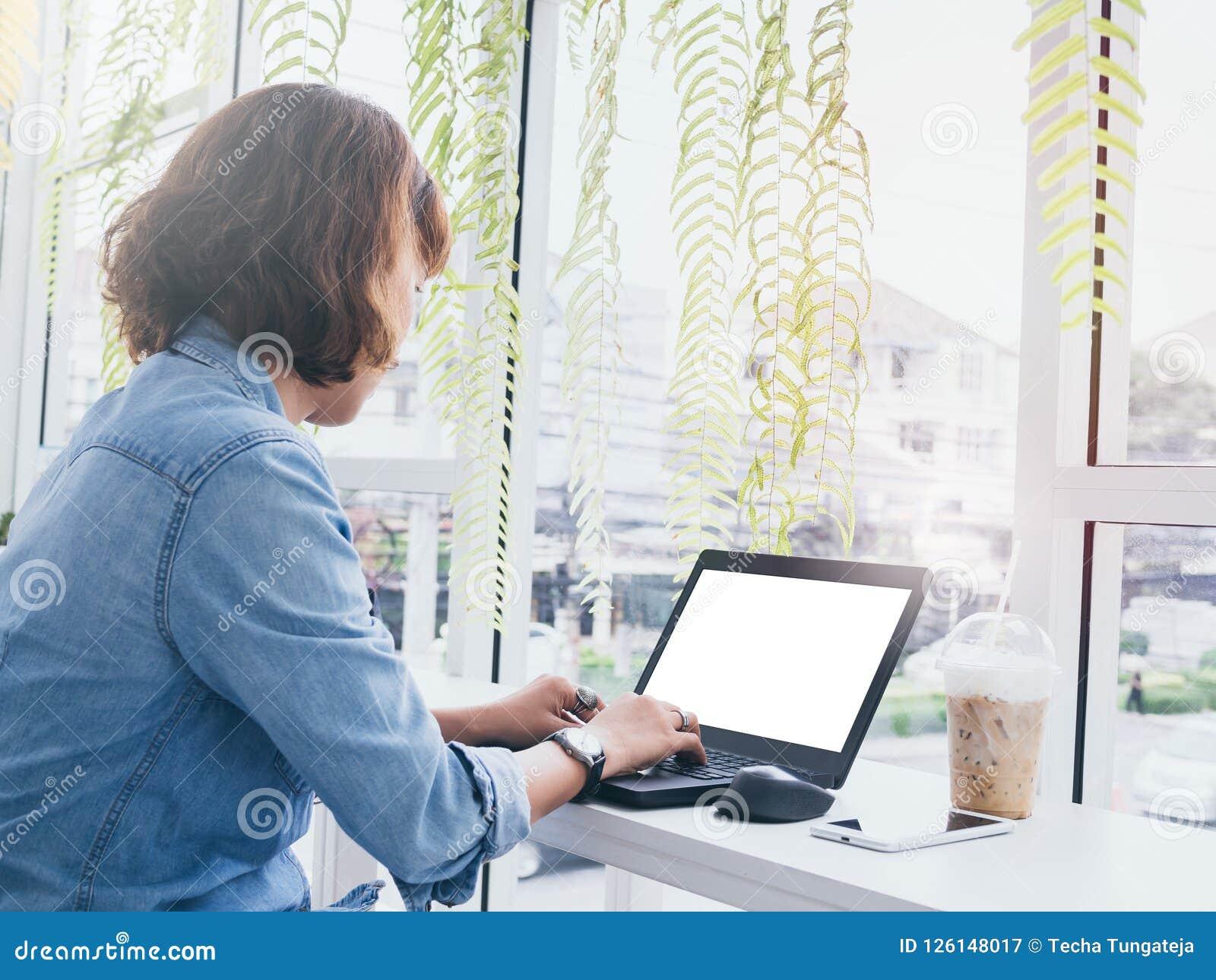 Mulher que trabalha com portátil
