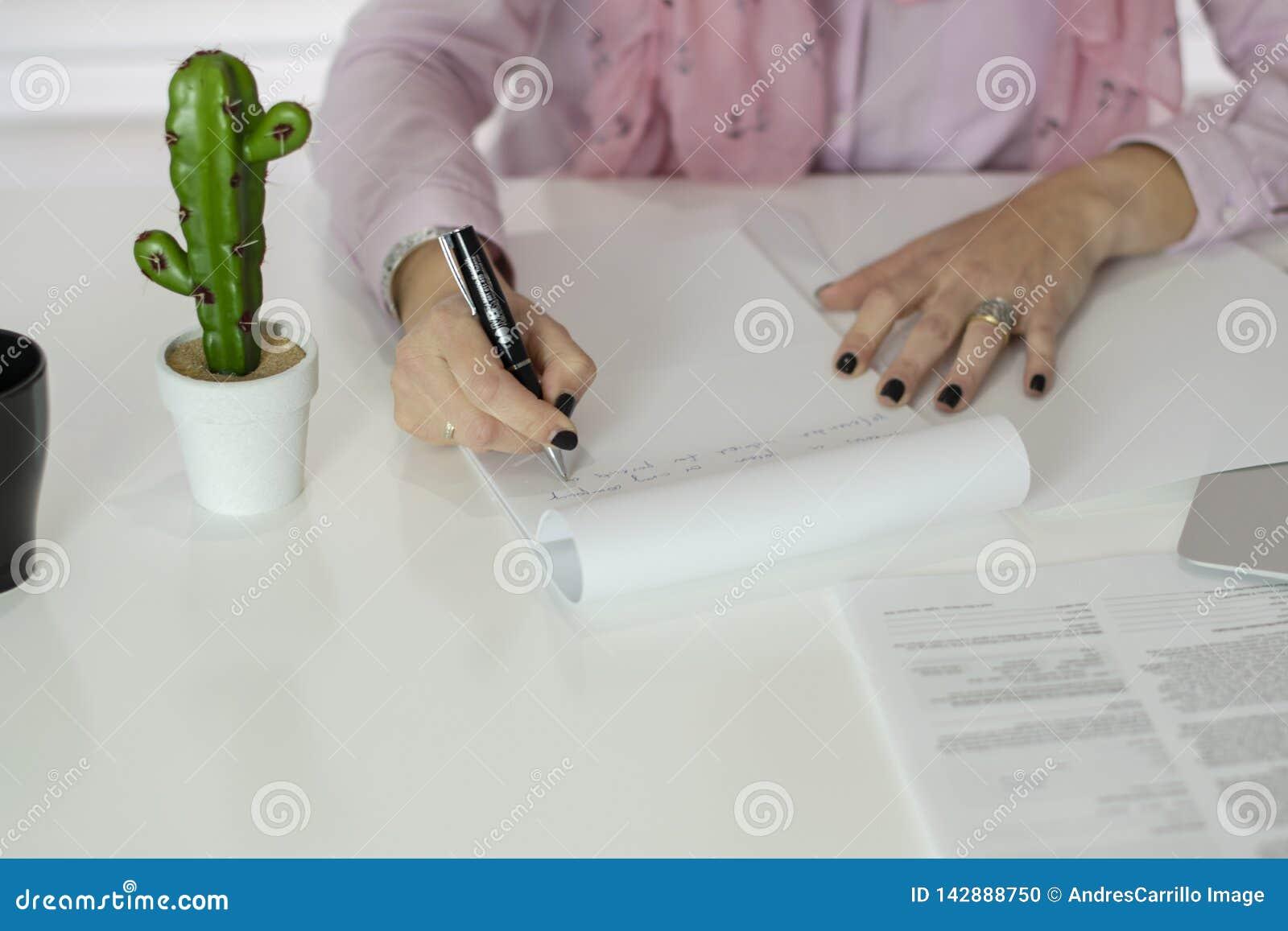 Mulher que trabalha no oficce
