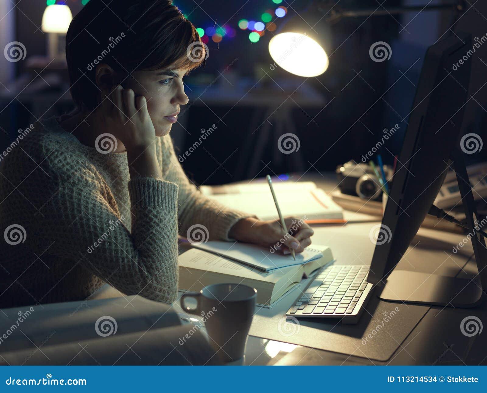 Mulher que trabalha tarde na noite