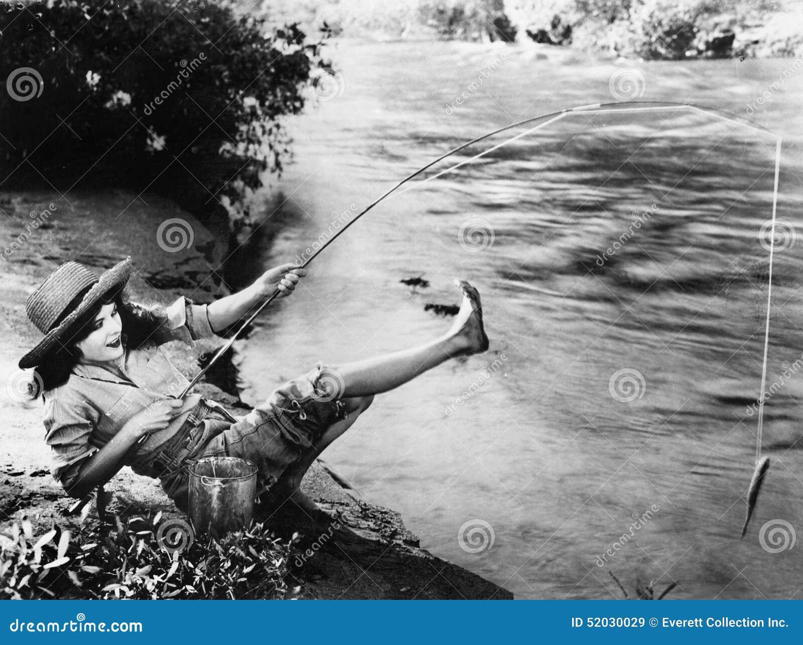 A mulher que travou um peixe pequeno que cai sobre para trás (todas as pessoas descritas não é uma viva mais longo e nenhuma prop