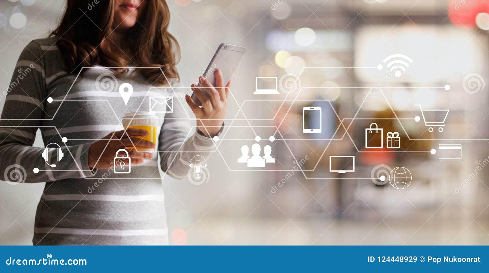 Mulher que usa a compra dos pagamentos móveis e a conexão de rede em linha do cliente do ícone Mercado de Digitas, m-operação ban
