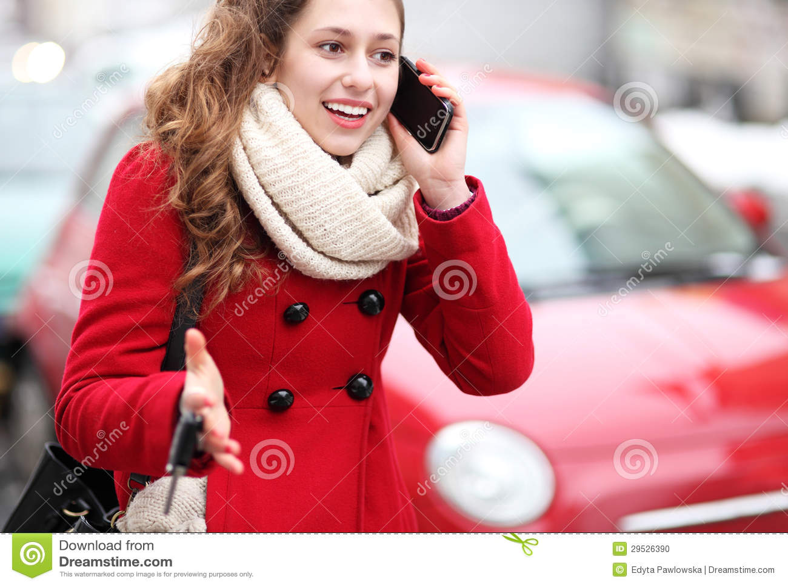 Mulher que usa o telefone móvel fora