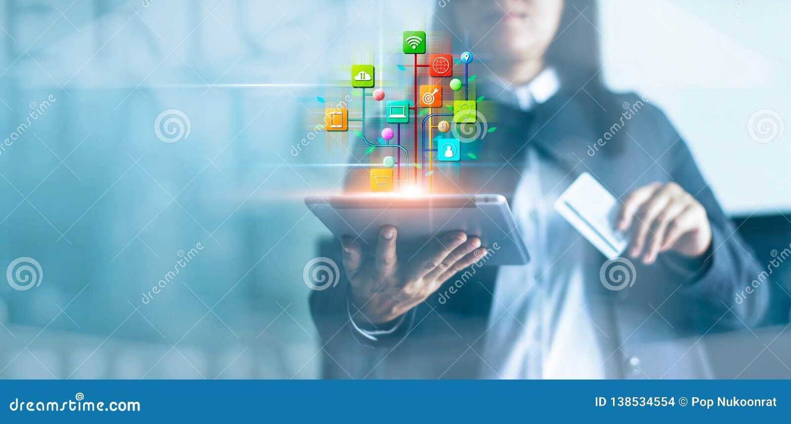 Mulher que usa a tabuleta e pagamentos em linha, mercado de Digitas Rede de operação bancária Compra e trabalhos em rede em linha