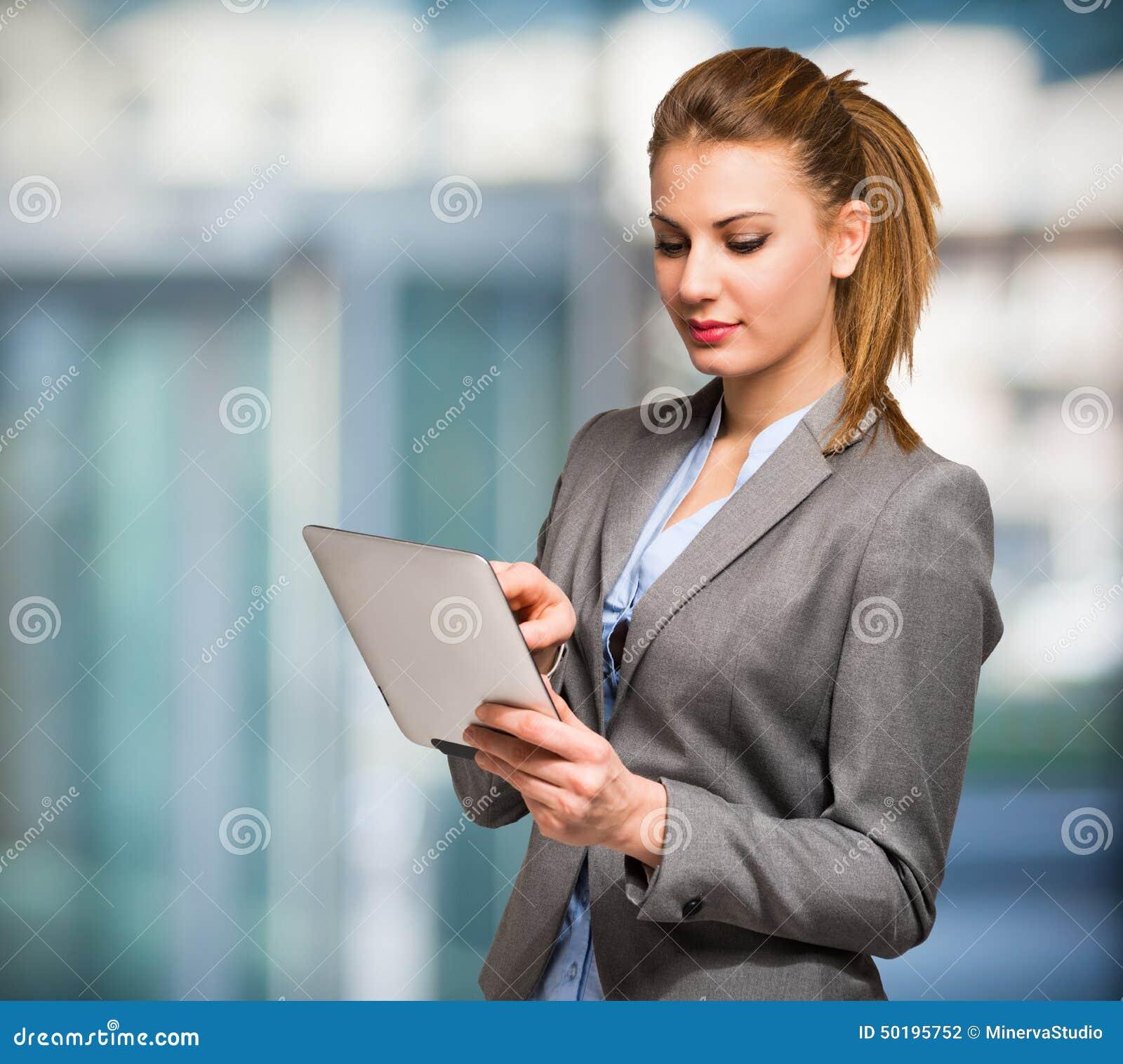 Mulher que usa uma tabuleta digital