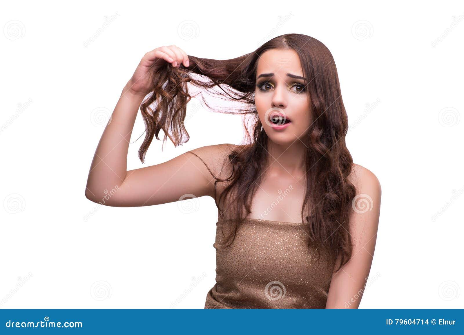 A mulher que verifica seu corte de cabelo isolado no branco