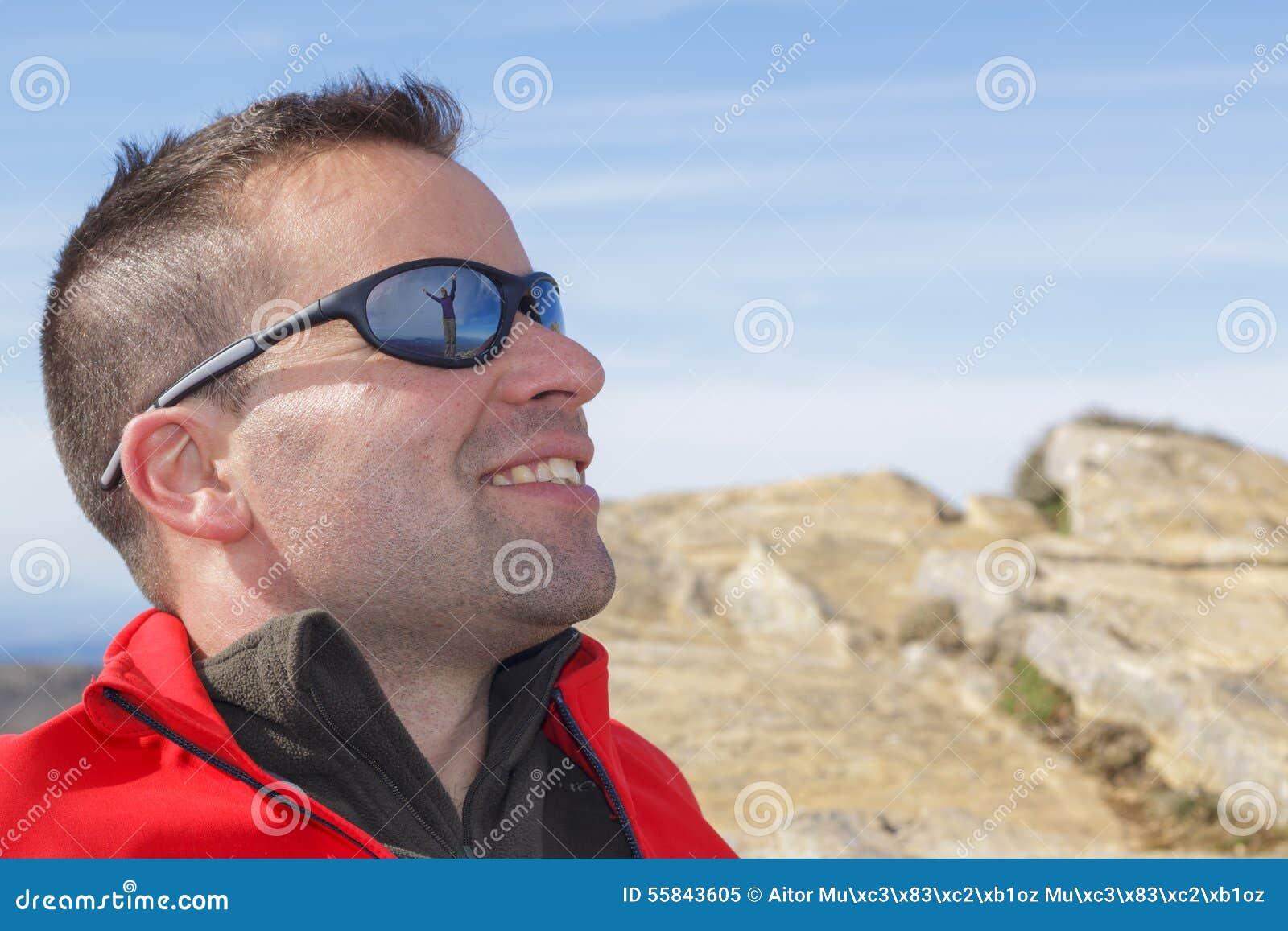 afb2d627b5fec Mulher Refletida Em óculos De Sol Do Homem Imagem de Stock - Imagem ...