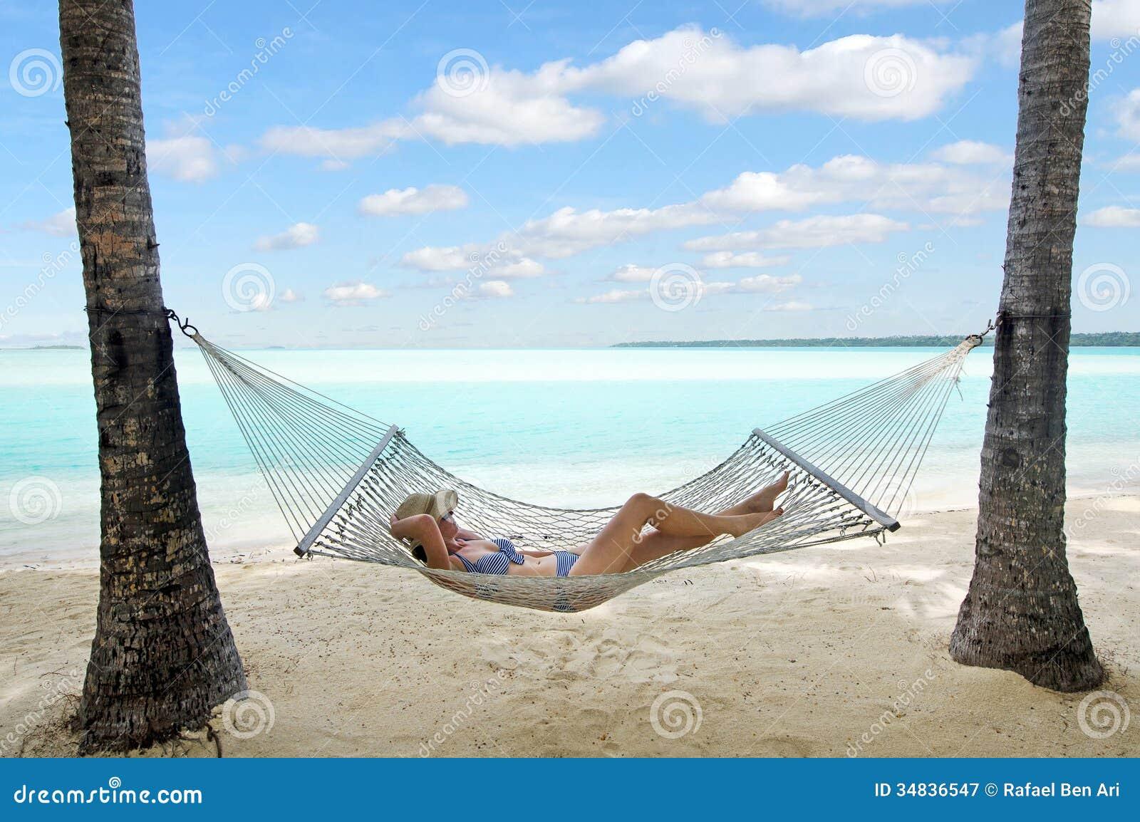 A mulher relaxa durante férias do curso na ilha tropical