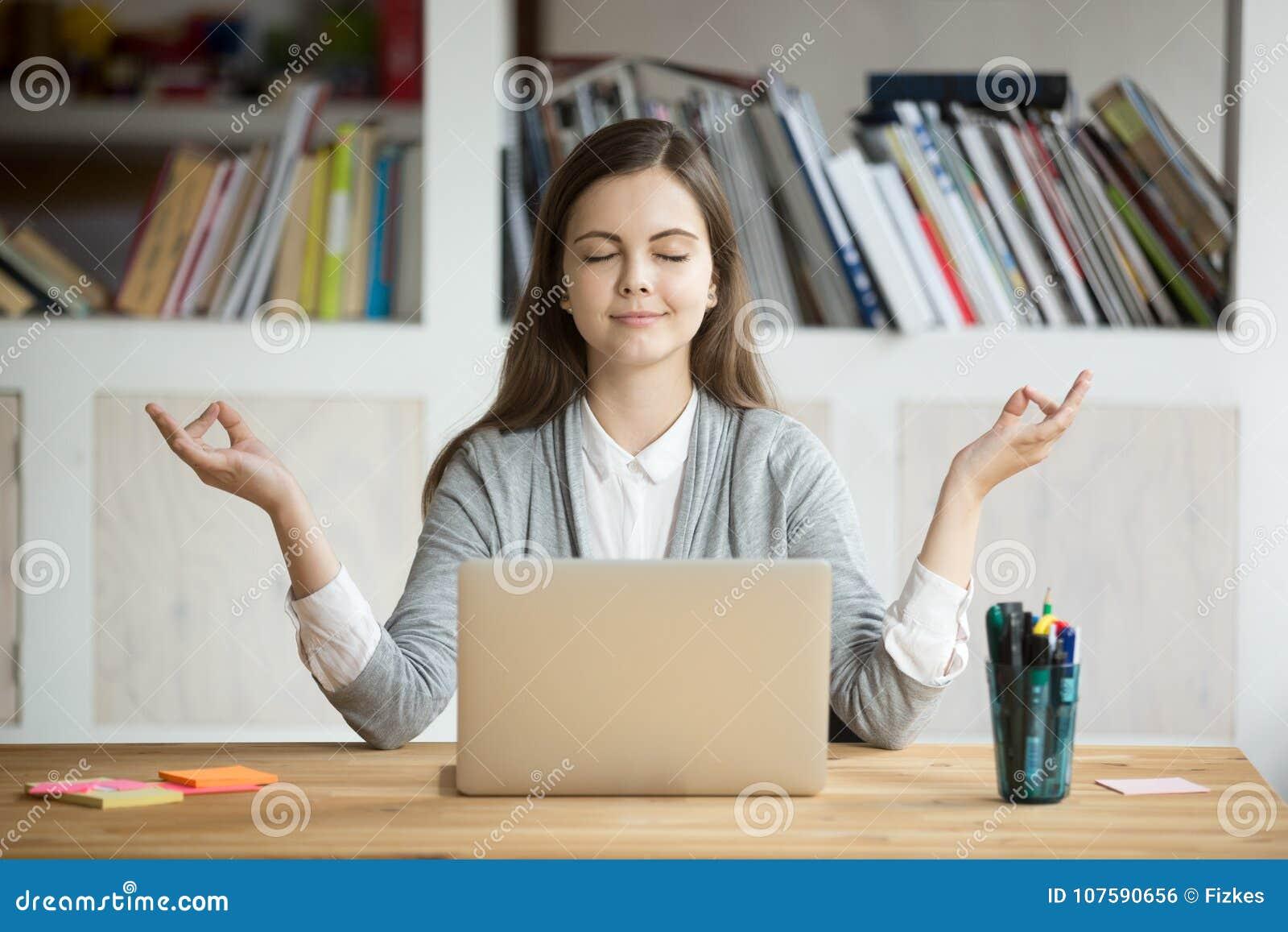 Mulher relaxado calma que medita com portátil, nenhum esforço no trabalho